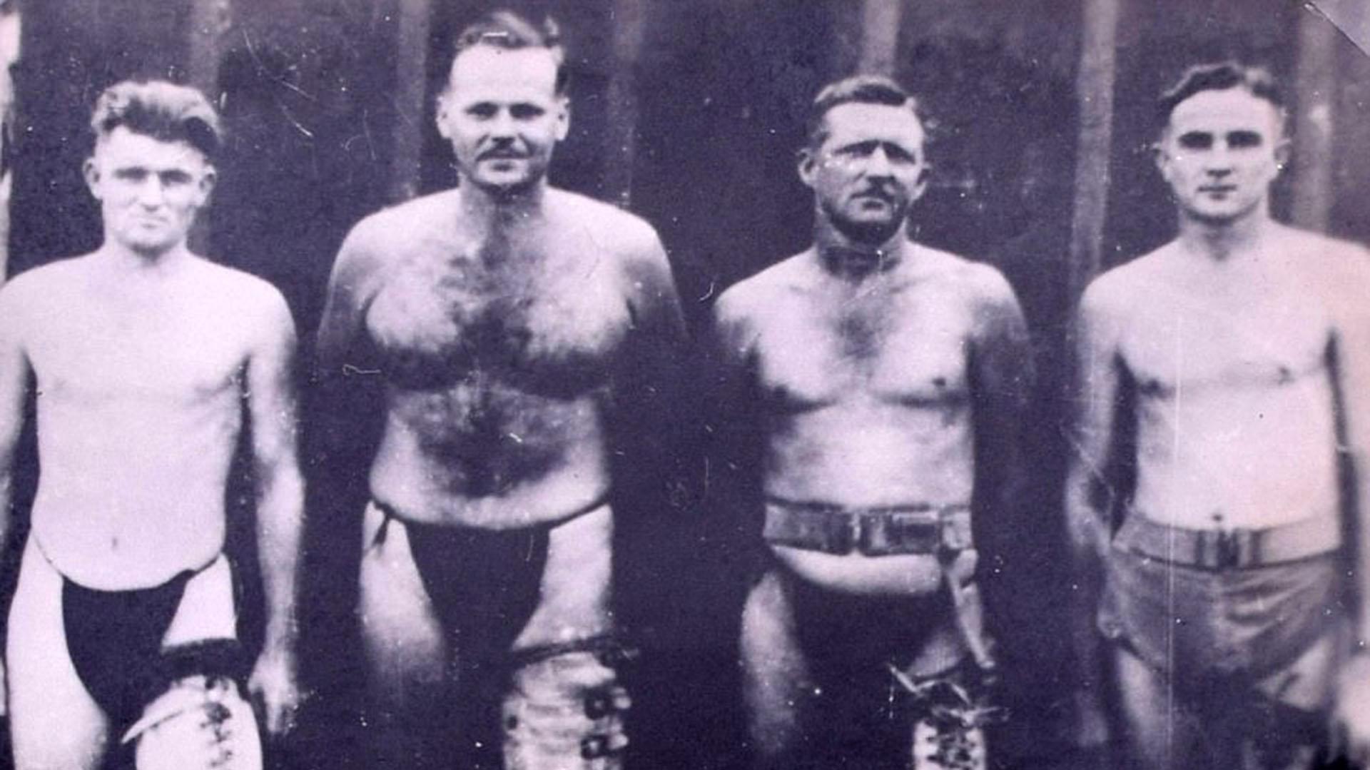Prisioneros usando piernas artificiales tras ser sometidos a amputaciones