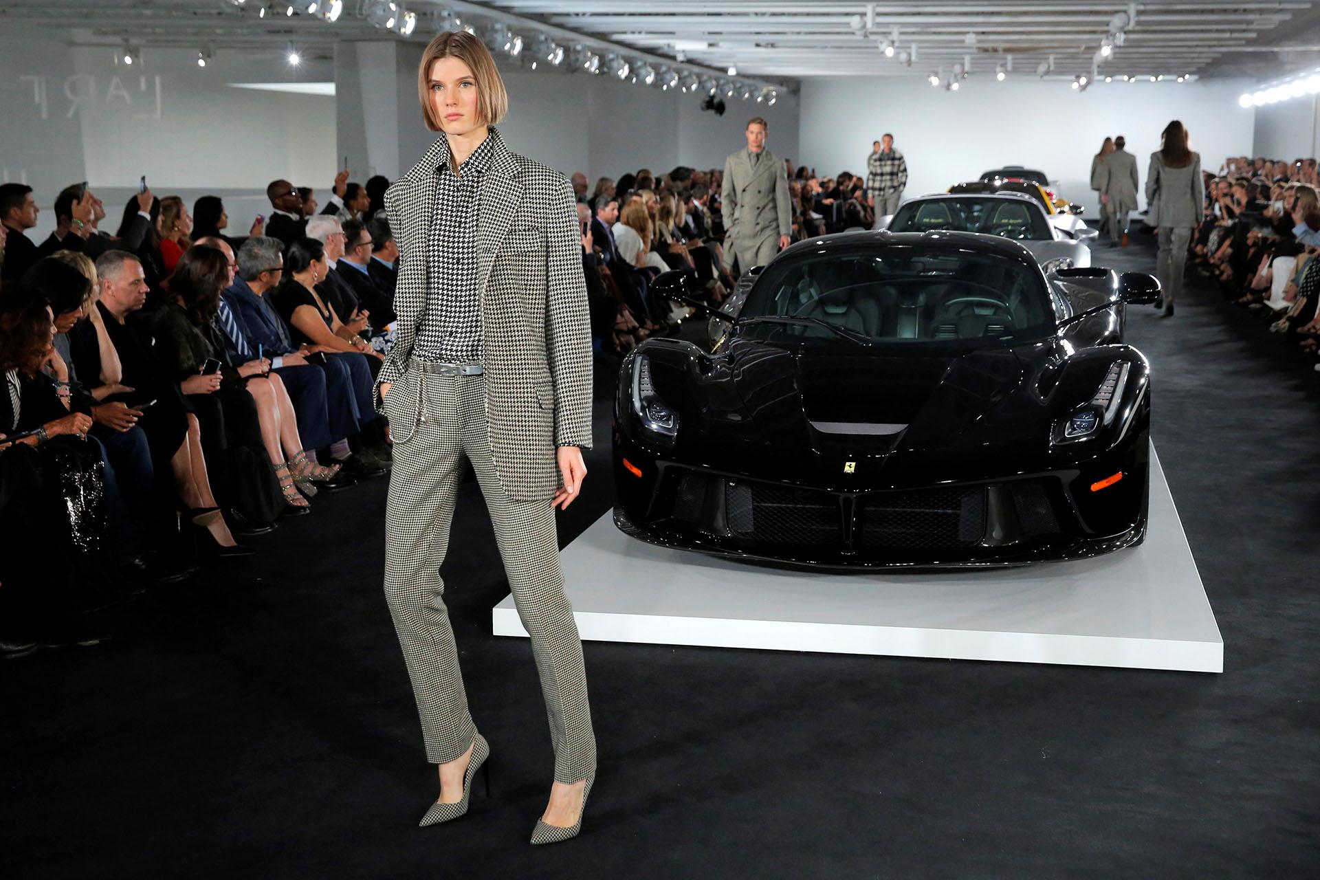 Con una propuesta diferente al resto, en colaboración con autos deportivos acompañando a diseños masculinos sastreros cuadrille, vichy y príncipe de gales REUTERS/Andrew Kelly