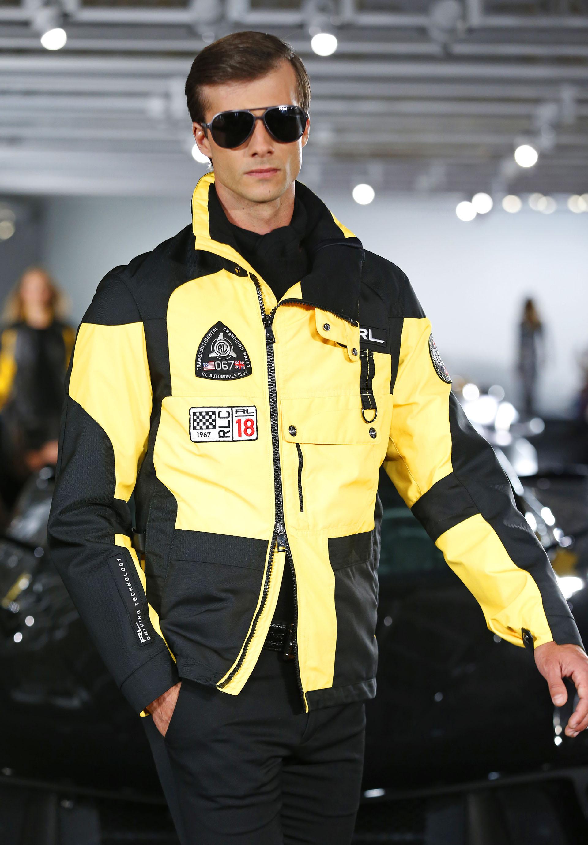 """Prendas elegantes que emulan los códigos de vestimenta presentes en las carreras. """"Mis coches siempre han sido una inspiración para mí. Los percibo como arte en movimiento"""", puntualizó el consagrado diseñador (AP Photo/Kathy Willens)"""
