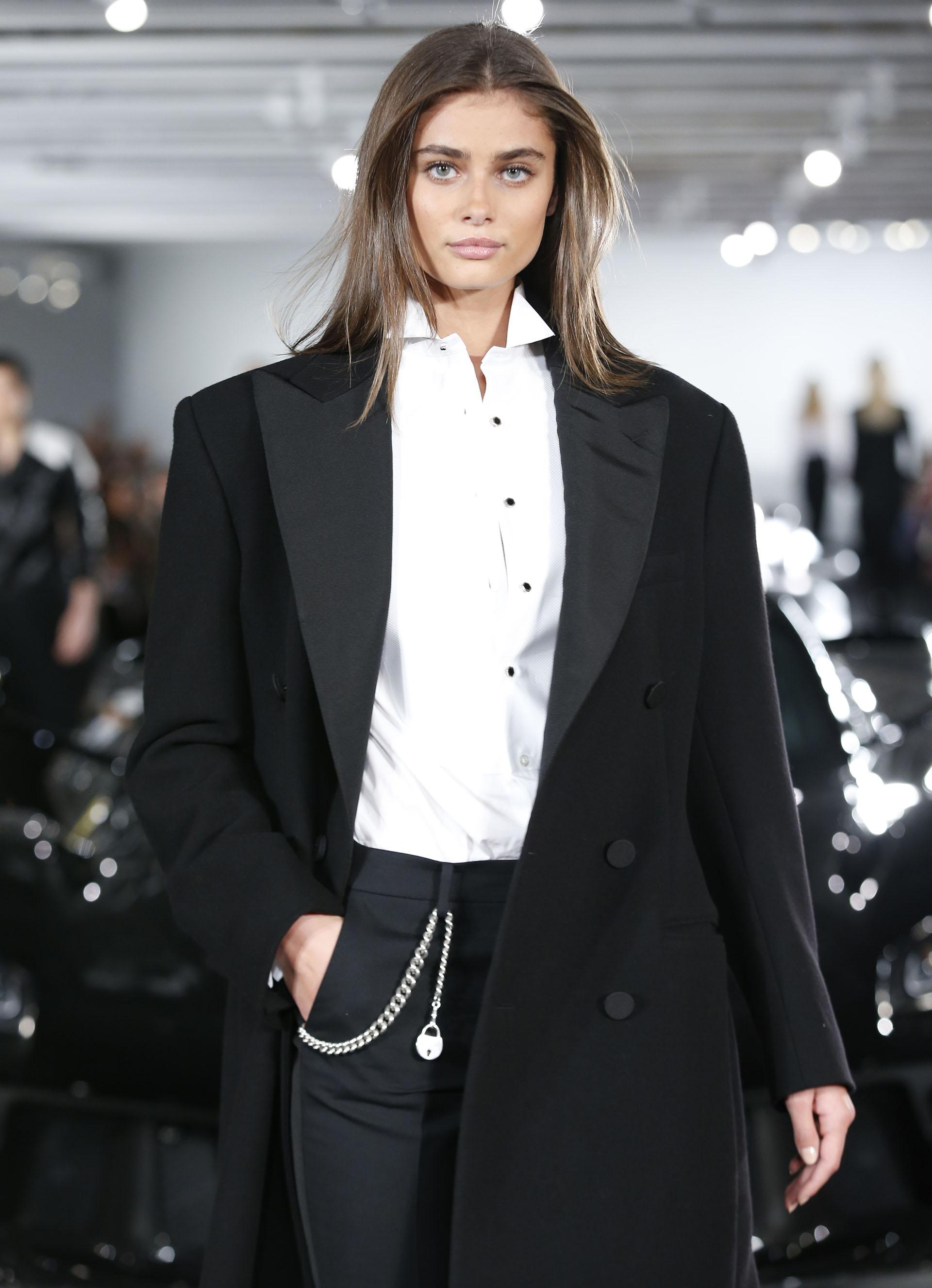 La top model Taylor Hill se lució en la pasarela con un sobretodo sastrero de grandes solapas y botones forrados junto a un pantalón pitillo con presillas y camisa blanca con microbotones negros (AP Photo/Kathy Willens)