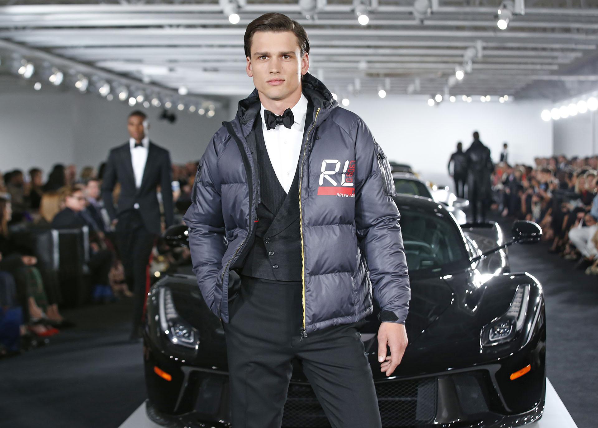 El black tie de etiqueta con adaptaciones inspiradas en el mundo automotor (AP Photo/Kathy Willens)