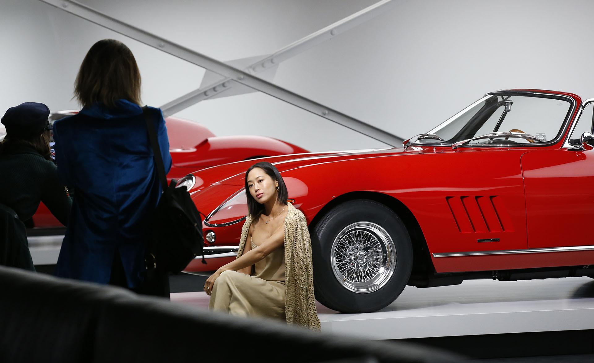 Los invitados de lujo no perdieron la oportunidad para fotografiarse junto a las joyas automovilísticas (AP Photo/Kathy Willens)