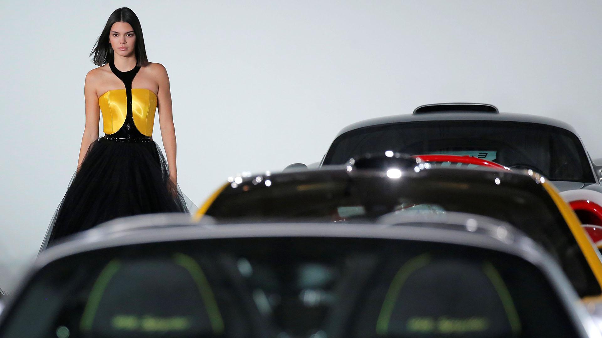 La instamodelKendall Jenner, una de las musas del desfile de Ralph Lauren. La exquisita presentación tuvo como locación un garage privado con su imponente colección de autos de alta gama (REUTERS/Andrew Kelly)