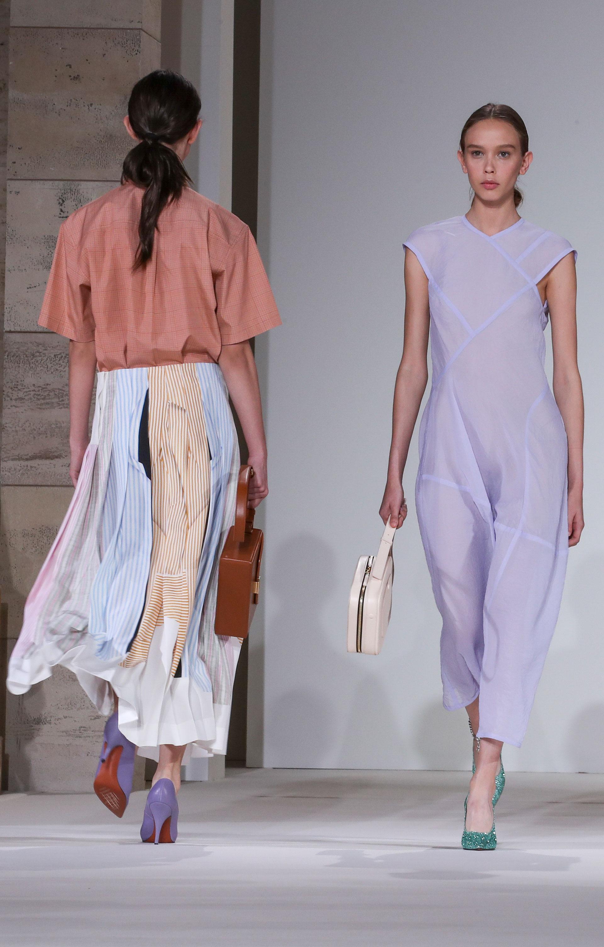 Pasteles en la totalidad de su colección combinando toda la paleta en prendas y stilettos (AP)