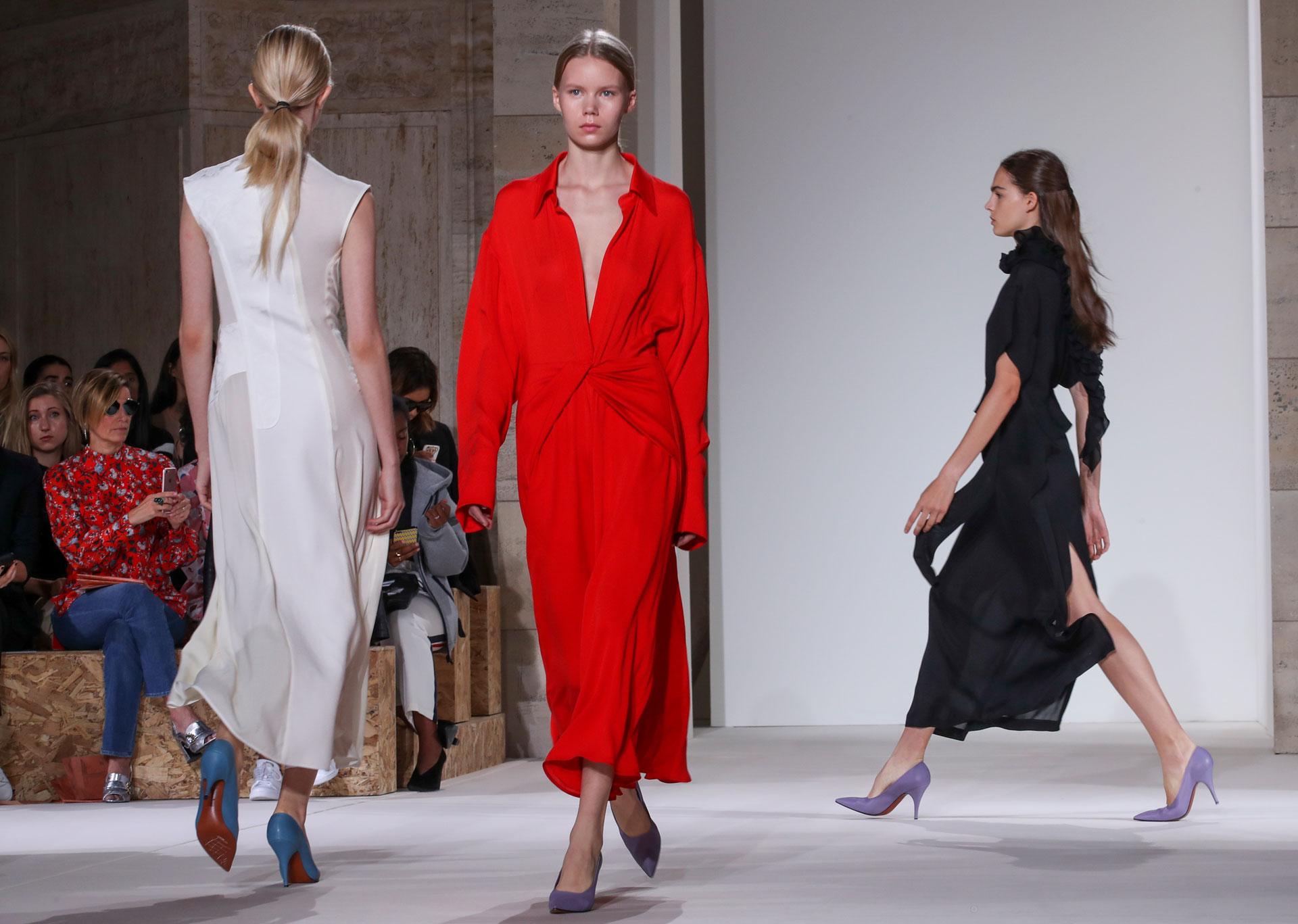 Para descontracturar, colores atemporales como el blanco, rojo y negro para looks de noche, camisas XL y vestidos midi presentaron en la pasarela (AP)