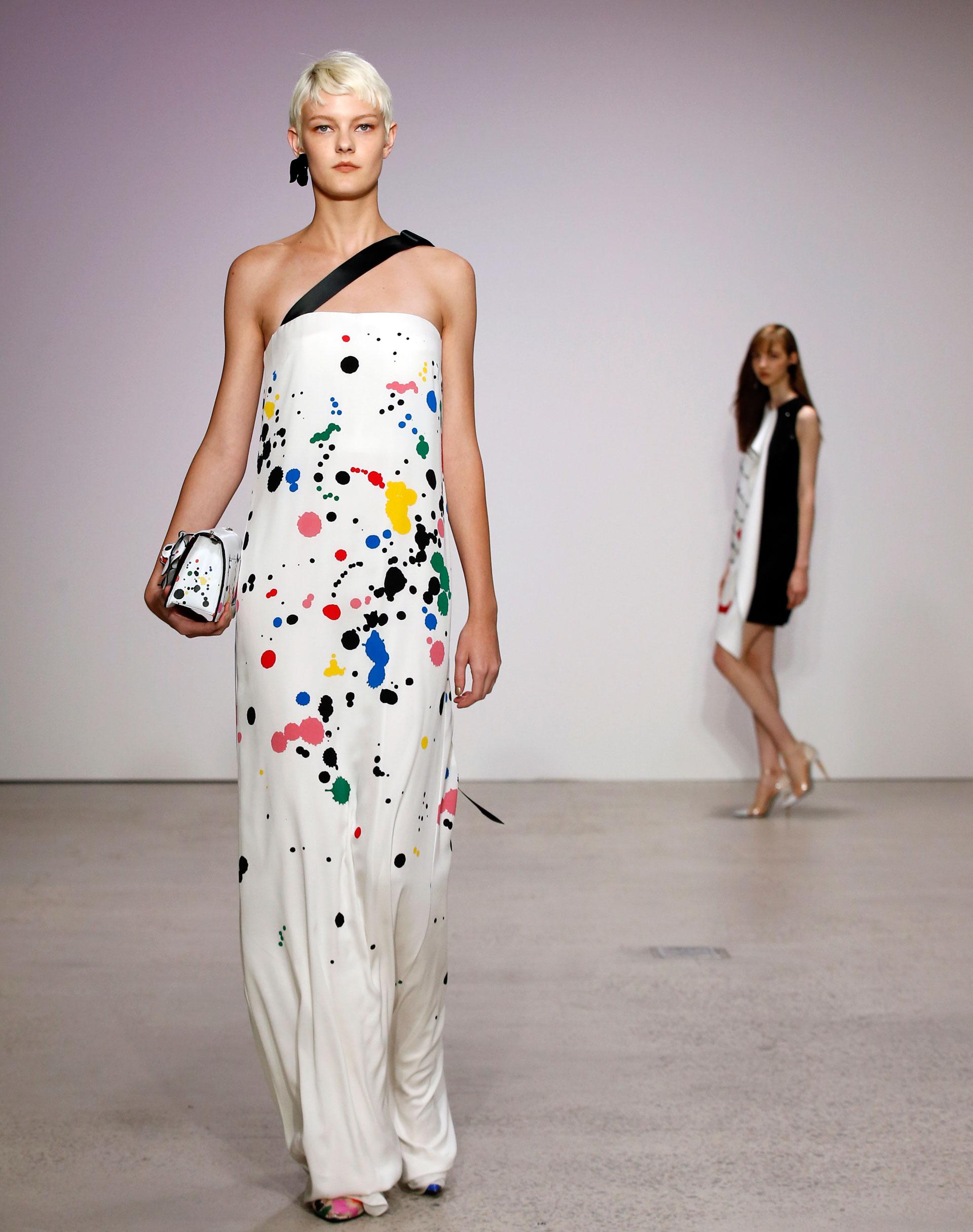 Pop arts como salpicados en vestidos, camisas y accesorios complementarios (AP)
