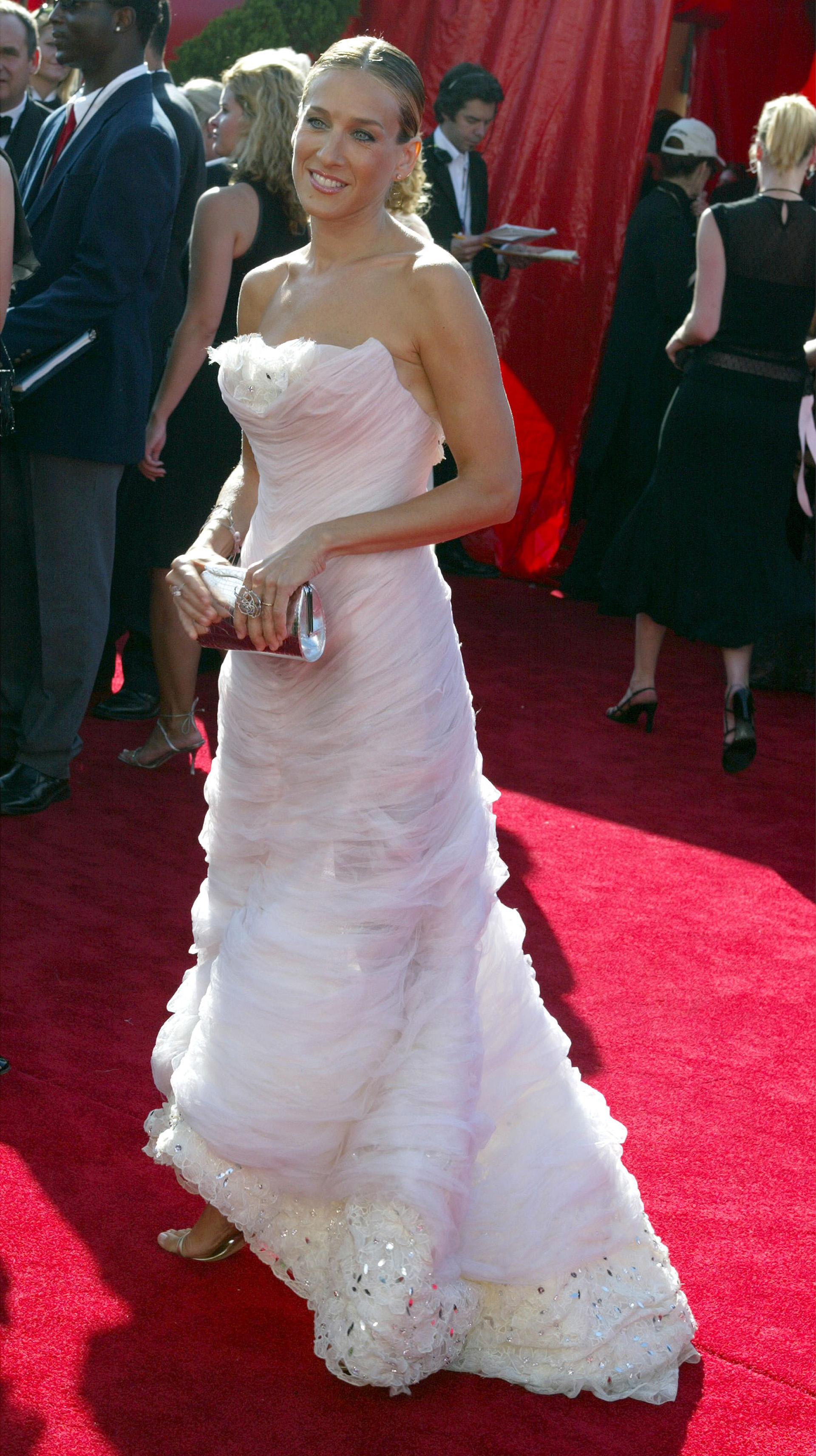 En 2003, Sarah Jessica Parker fue distinguida entre las mujeres más elegantes de la alfombra roja con un diseño de Chanel Haute Couture de aires románticos imponiendo tendencia (Kevin Winter/Getty Images)