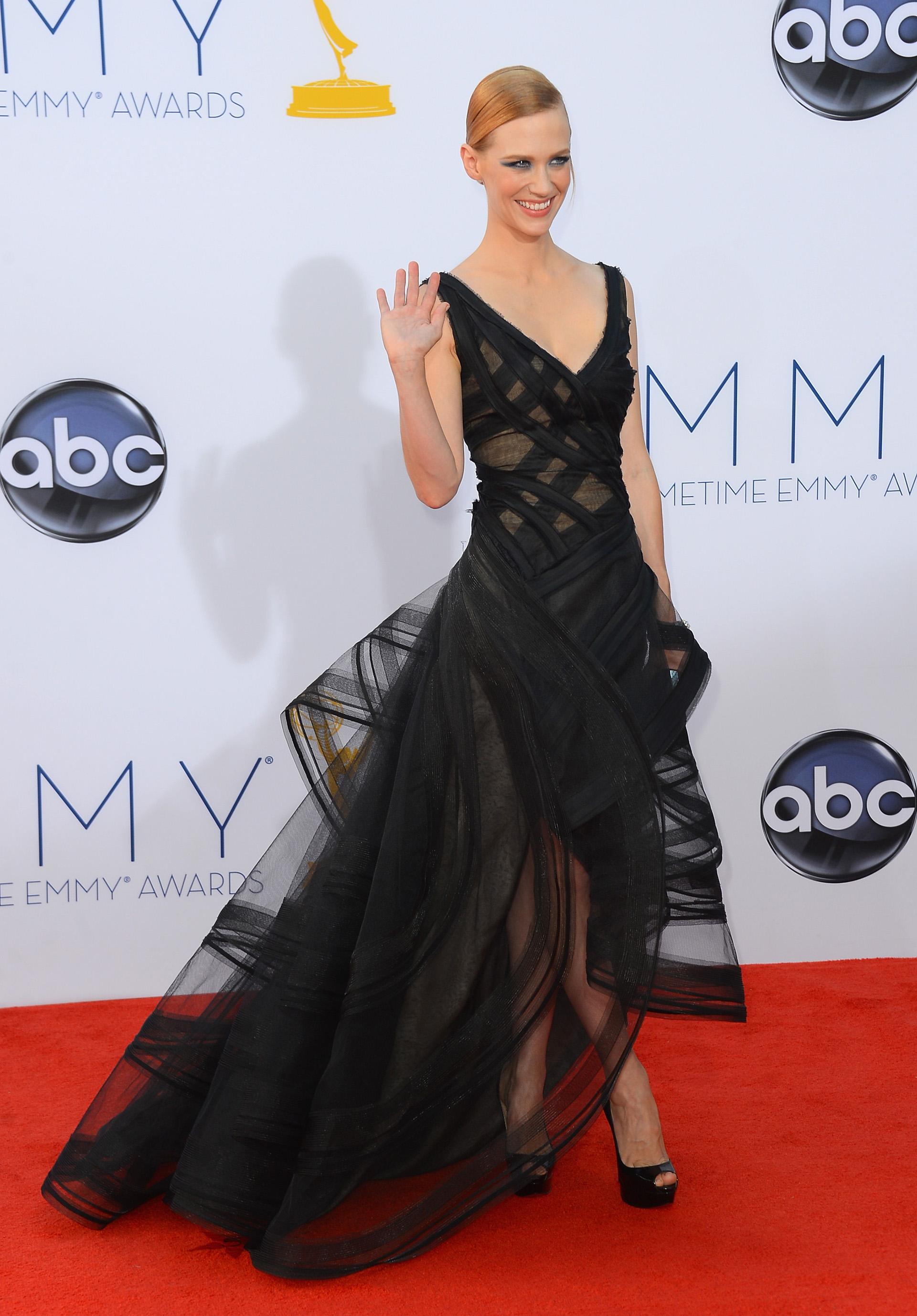 La actriz January Jones se inclinó por una tonalidad clásica en la entrega de los galardones 2012. Un diseño dramátrico de Zac Posen. Su maquillaje smokey en tonos azules fue el gran protagonista(Frazer Harrison/Getty Images)
