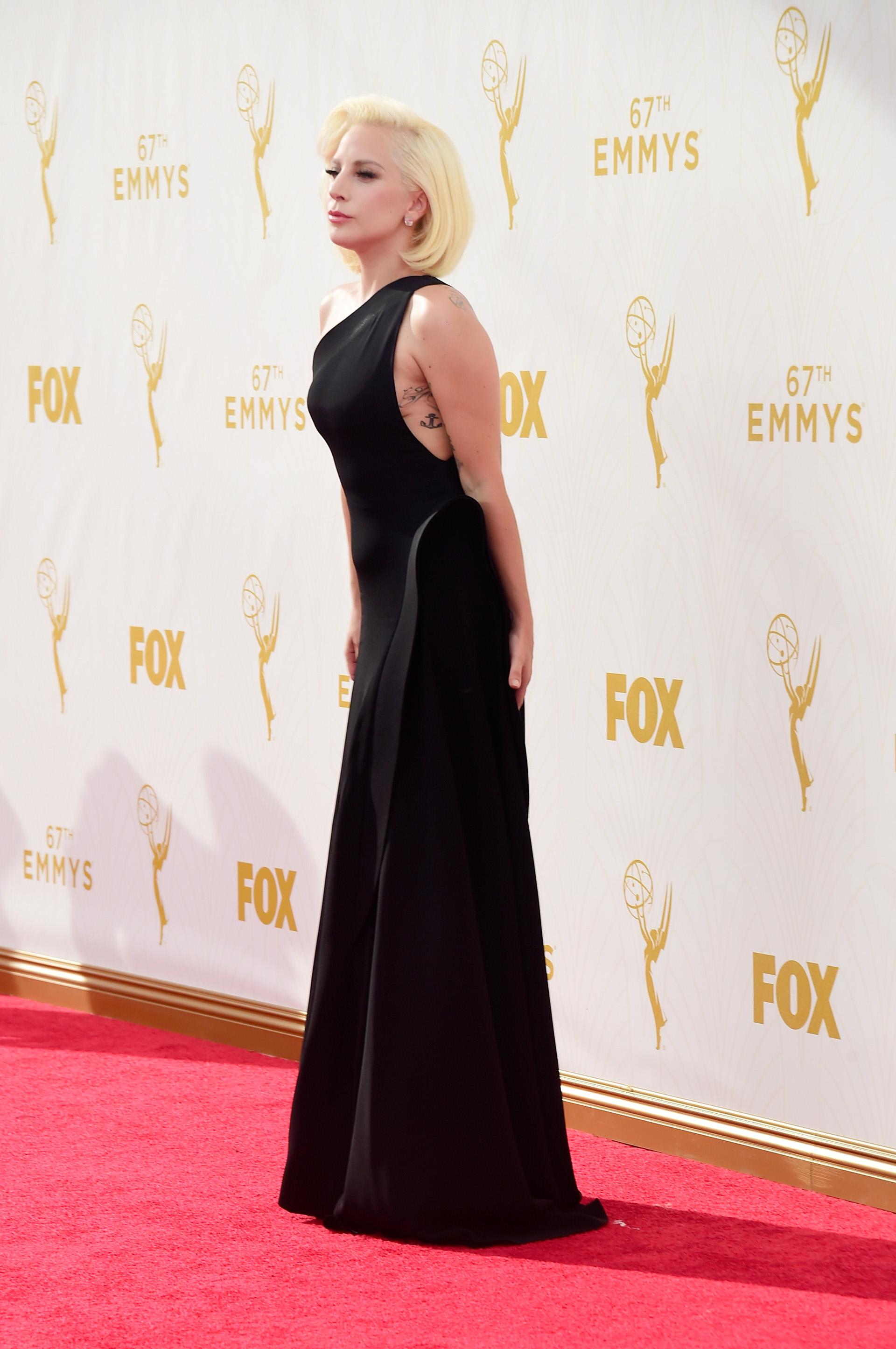 En 2015, la camaleónica Lady Gaga se llevó todas las miradas con un vestido discreto negro. Una apuesta muy refinada que acompañó con una melena corta y platinada ( Frazer Harrison/Getty Images)