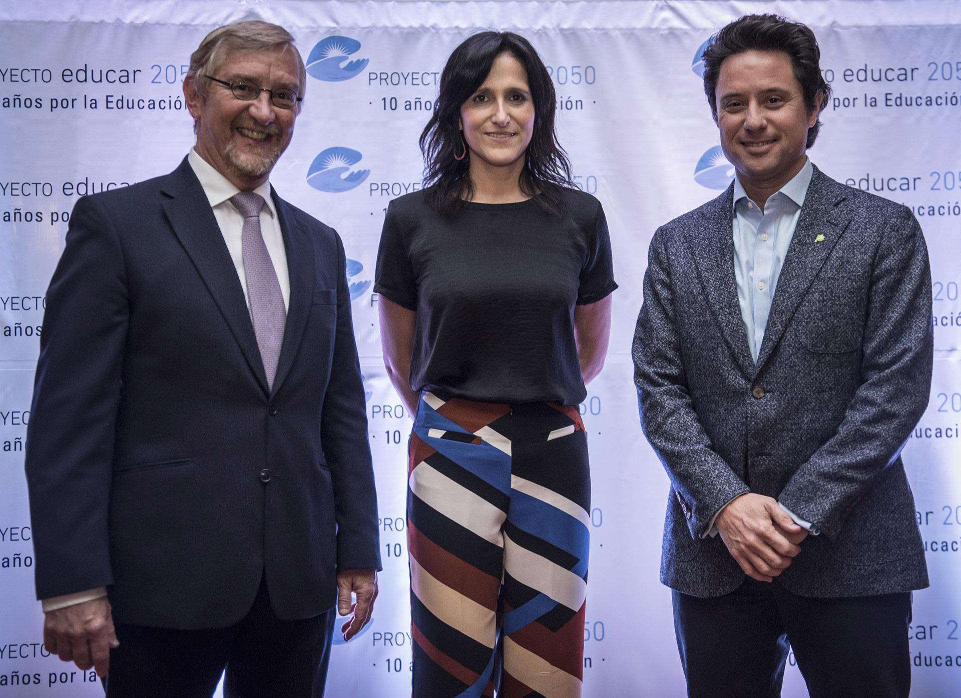 Manuel Álvarez Trongé y María Cortelezzi junto a Gabriel Sánchez Zinny, Director General de Cultura y Educación de la provincia de Buenos Aires