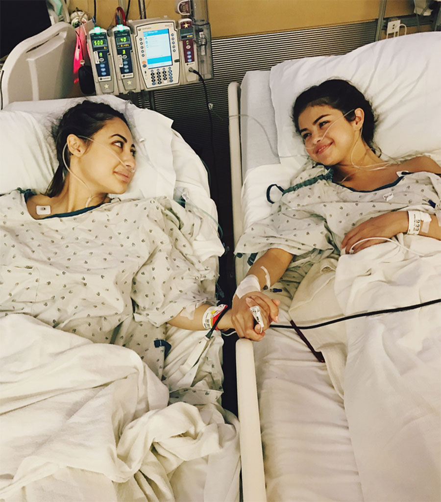 Selena Gomez se sometió a un trasplante de riñón y la donante fue amiga, Francia Raisa. La cantante padece lupus, una enfermedad autoinmune que afecta diversos órganos