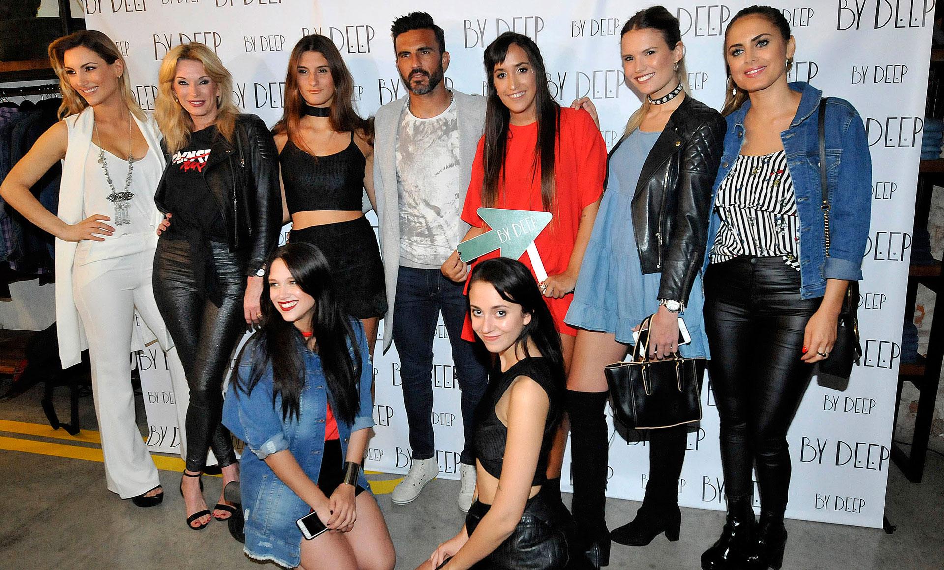 Fabián Cubero rodeado de famosas, como Yanina Latorre, Silvina Luna, Nai Awada y Barbie Vélez, entre otras. El futbolista se robó las miradas en un evento de una marca de ropa (Verónica Guerman)