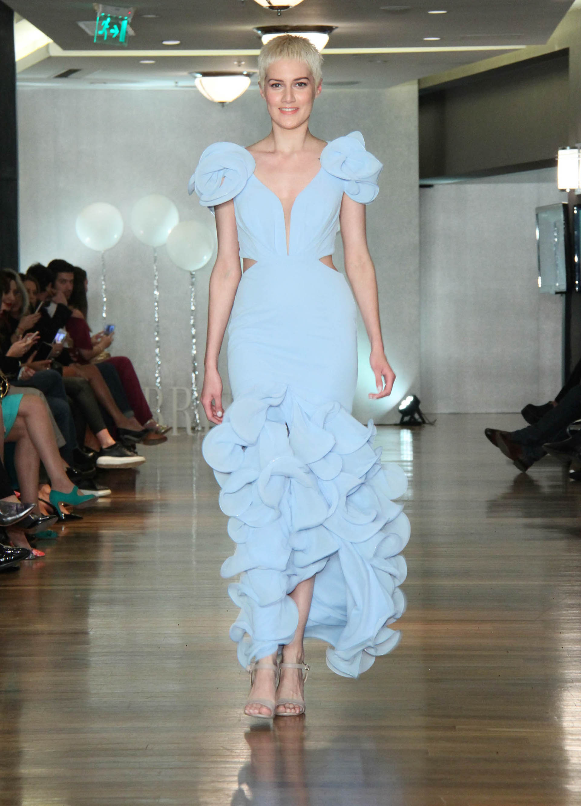 La modelo Laura Figueredo luciendo un espectacular vestido celeste pastel