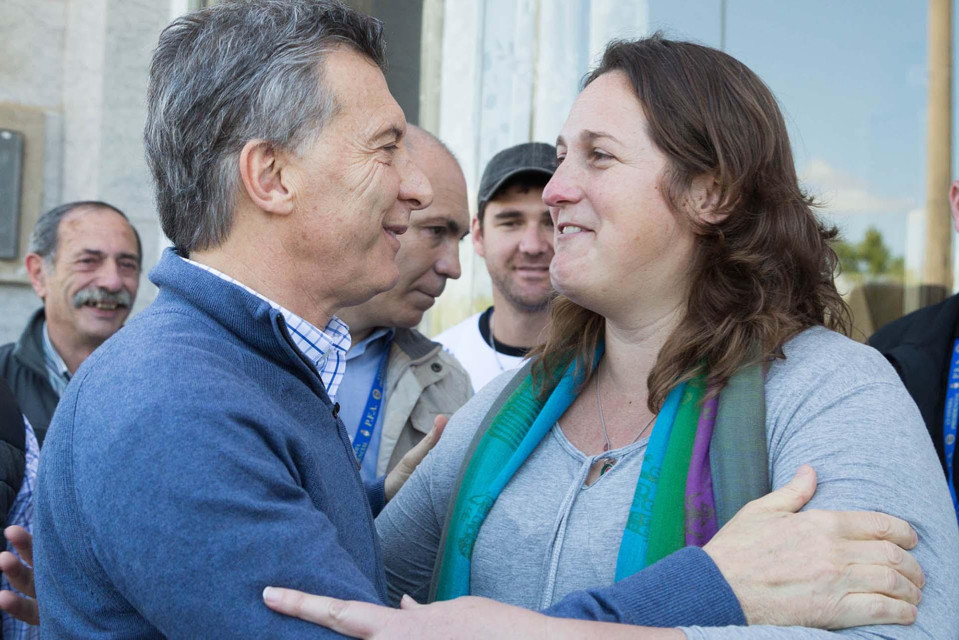 """Mauricio Macri en Villa Paranacito. En la previa compartió un mensaje a través de las redes: """"Estamos poniendo nuestro granito de arena para salir juntos adelante"""", dijo"""