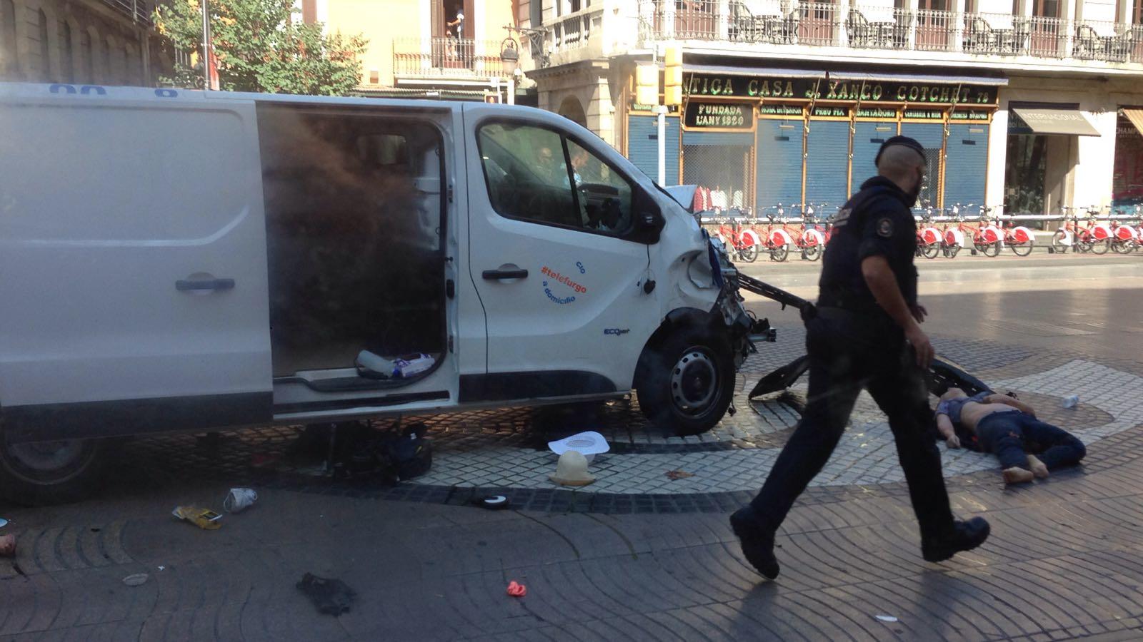 """""""En estos momentos están atendiendo a varios ciudadanos que están extendidos en el suelo heridos"""", dijeron las autoridades"""