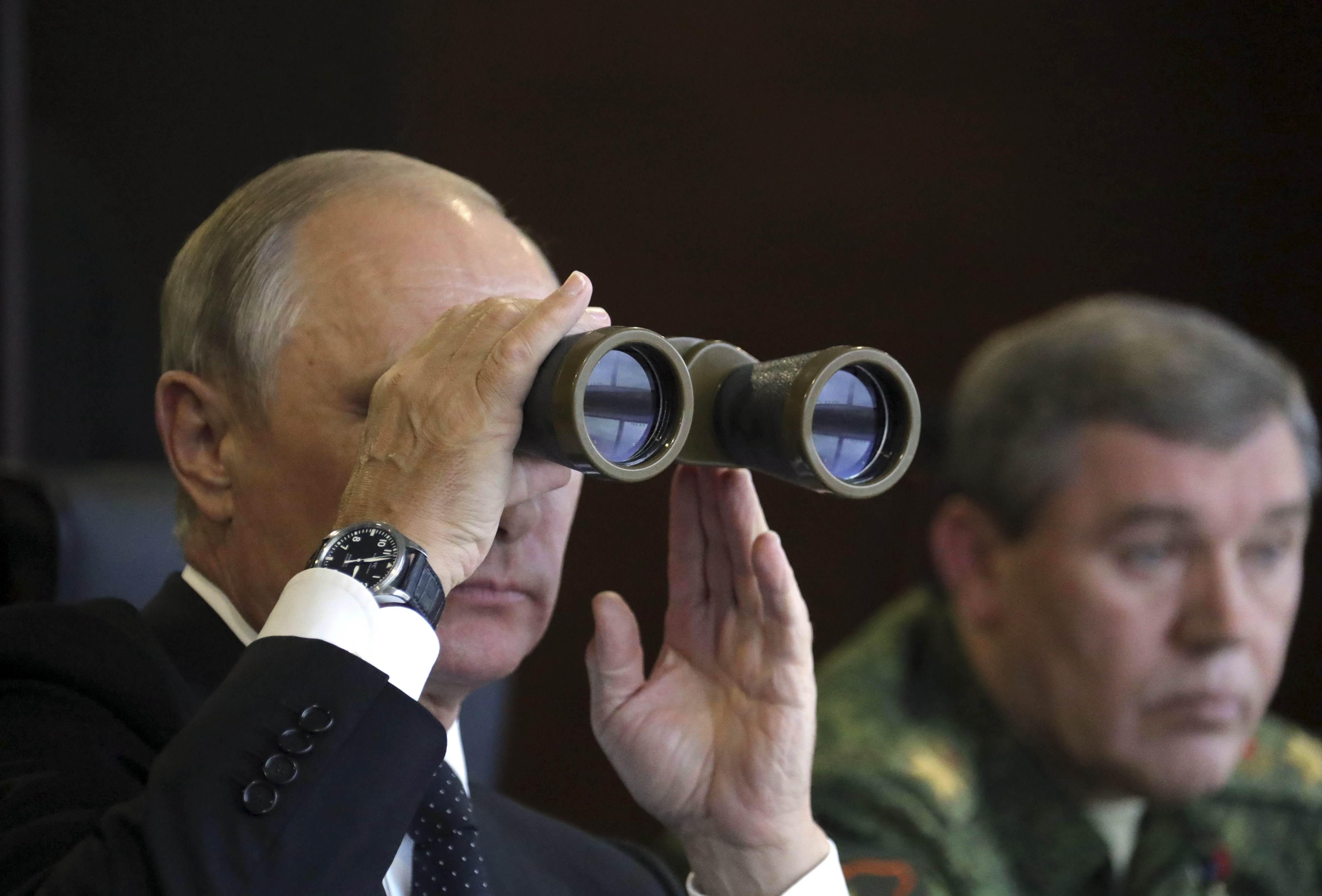 Vladimir Putin observa los ejercicios militares Zapad 2017 junto al general Valery Gerasimov en Leningrado (Sputnik/Mikhail Klimentyev/Kremlin/Reuters)