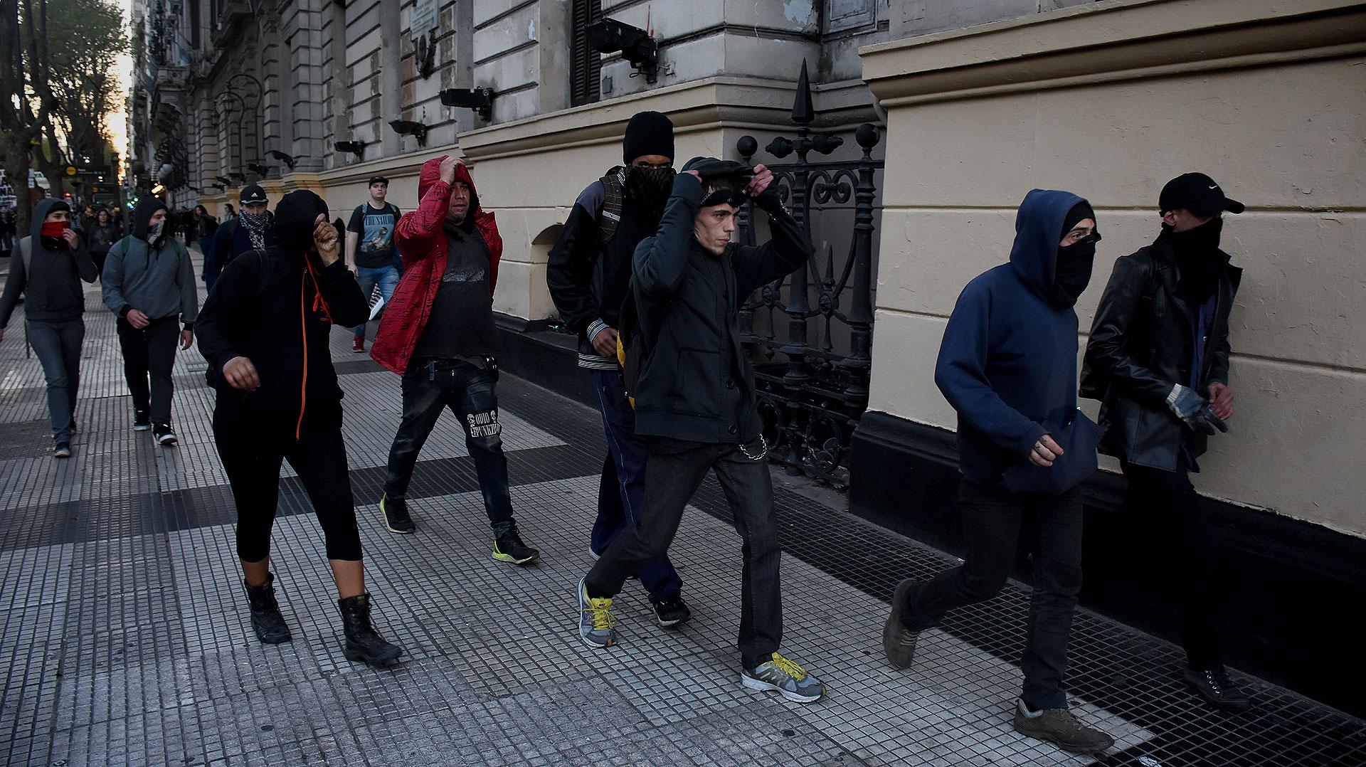 Encapuchados durante la marcha (foto Nicolás Stulberg)