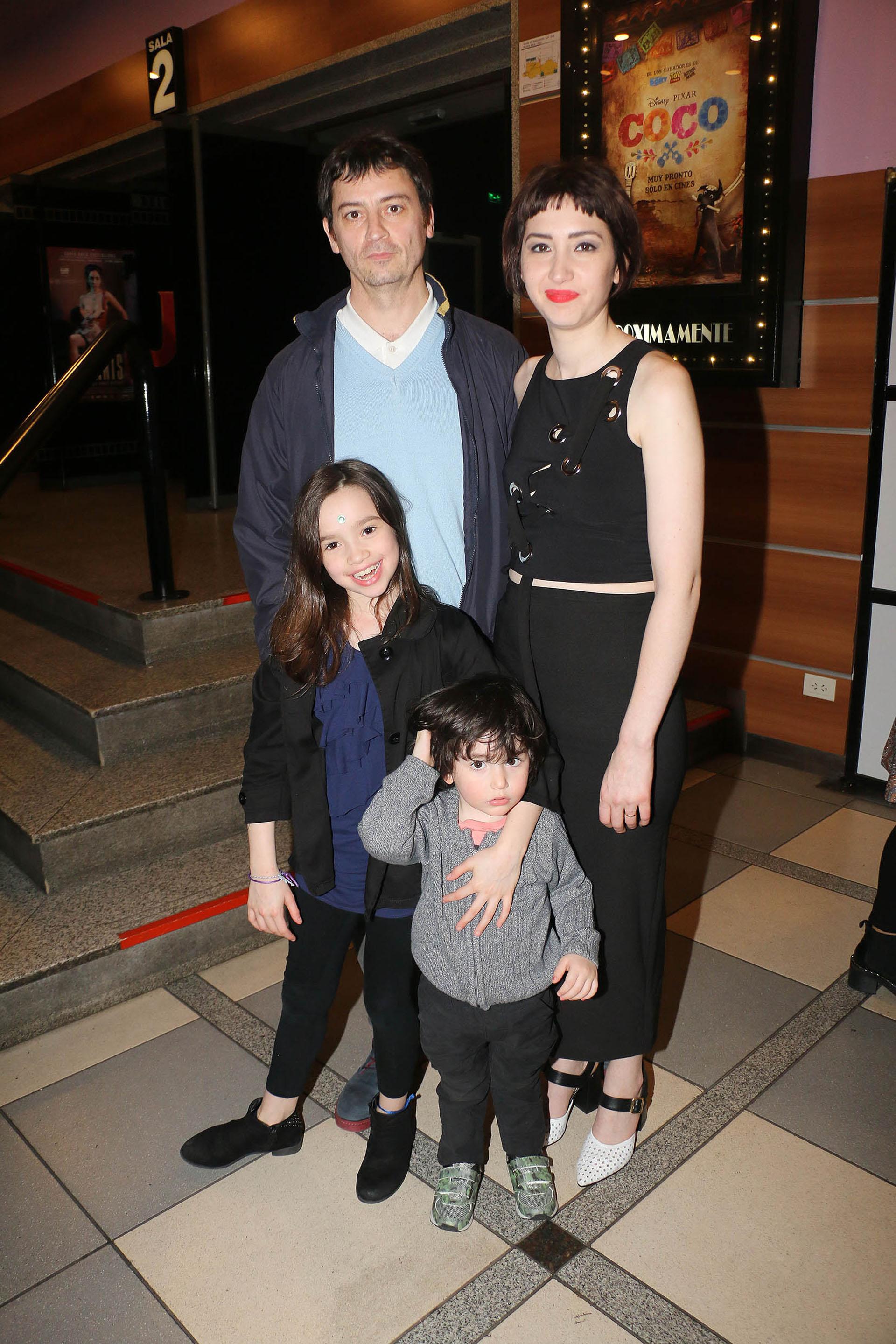 """Sofía Gala con su familia en el estreno de la película Alanis. La hija de Moria Casán generó polémica al declarar: """"Prefiero ser puta que moza"""""""