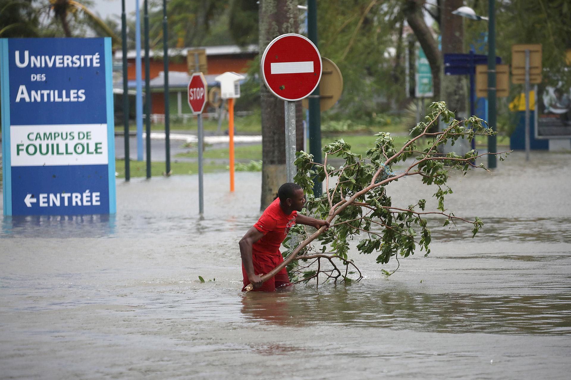 República Dominicana cierra sus puertos — Huracán María