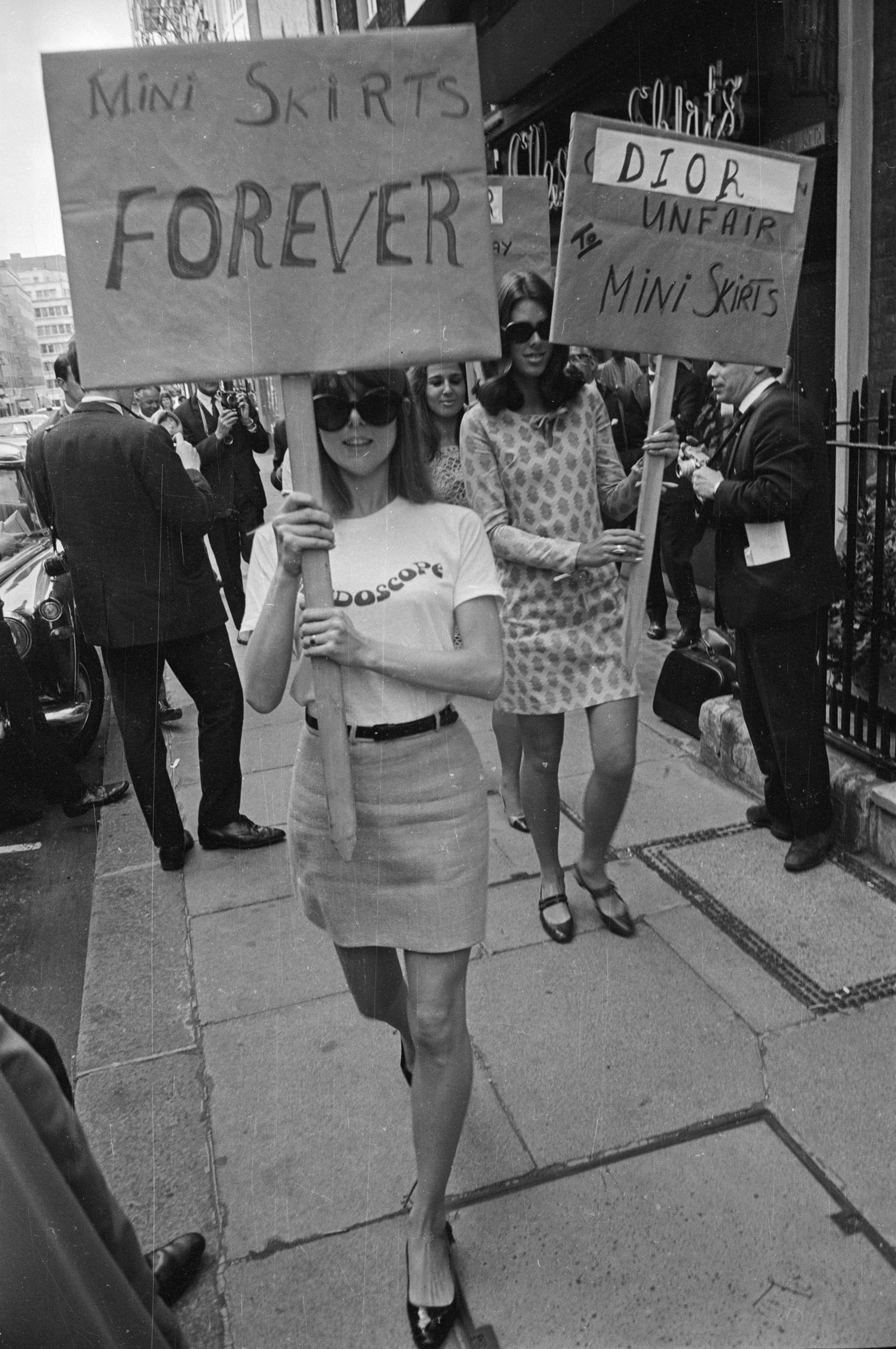 En 1966, jovenes salieron a las calles a manifestarse a favor del uso de minifalda en la puerta de la Maison Christian Dior, por su' destrato ' hacia esta pieza (Larry Ellis/Express/Getty Images)
