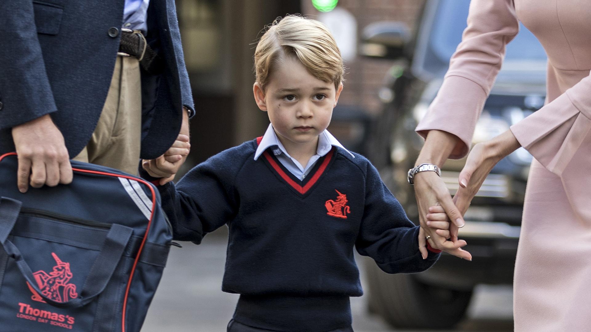 George, con cara de angustia antes de entrar al colegio en su primer día de clases este año