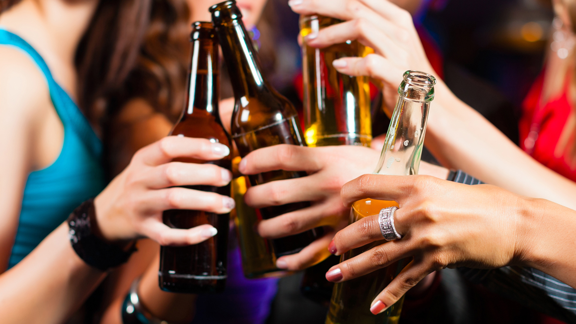 Resultat d'imatges de adulto y menor traficando con alcohol