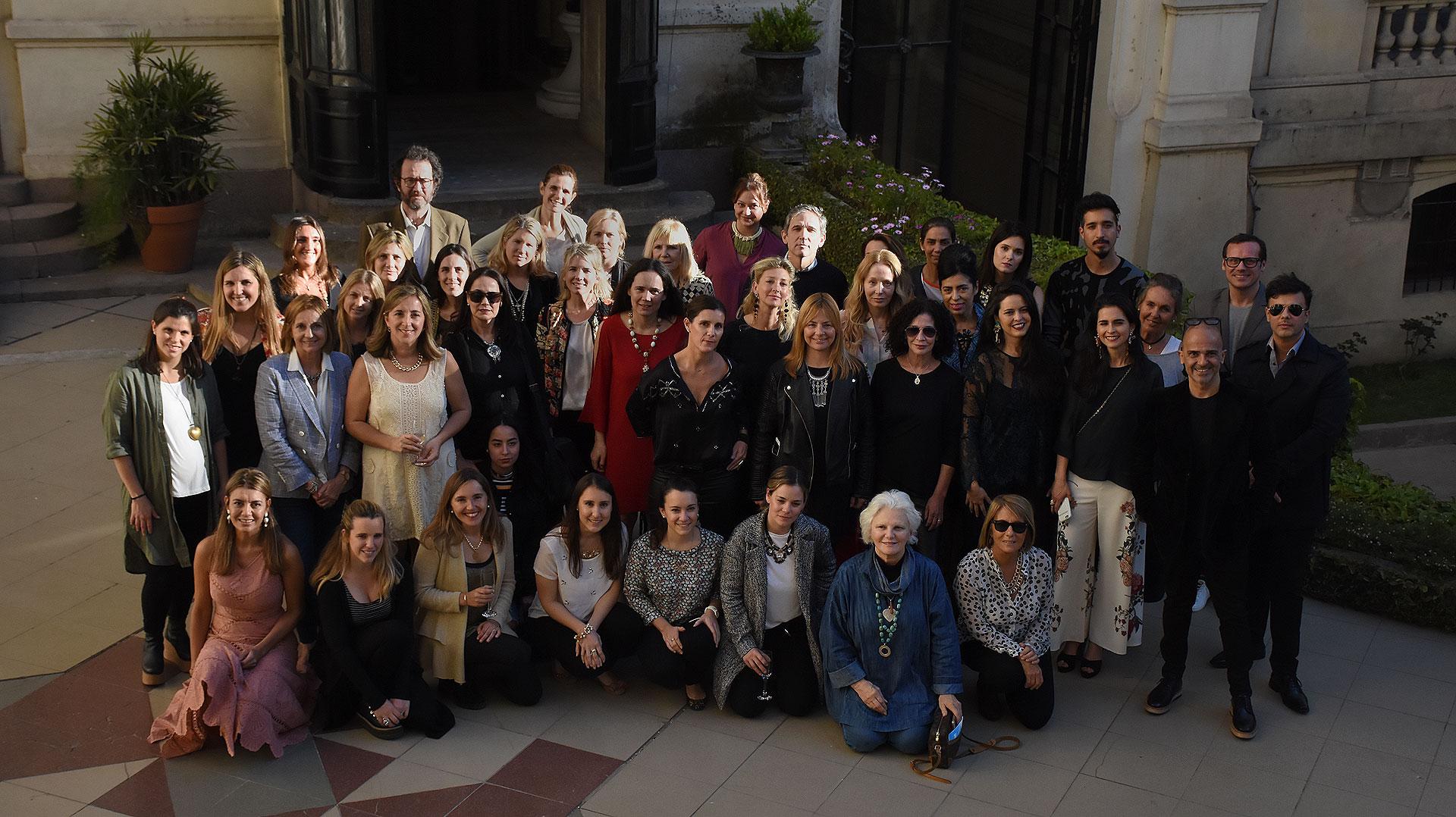 Diseñadores, ambientadores, decoradores, organizadores y directivos de COAS en el patio interno del Palacio Paz