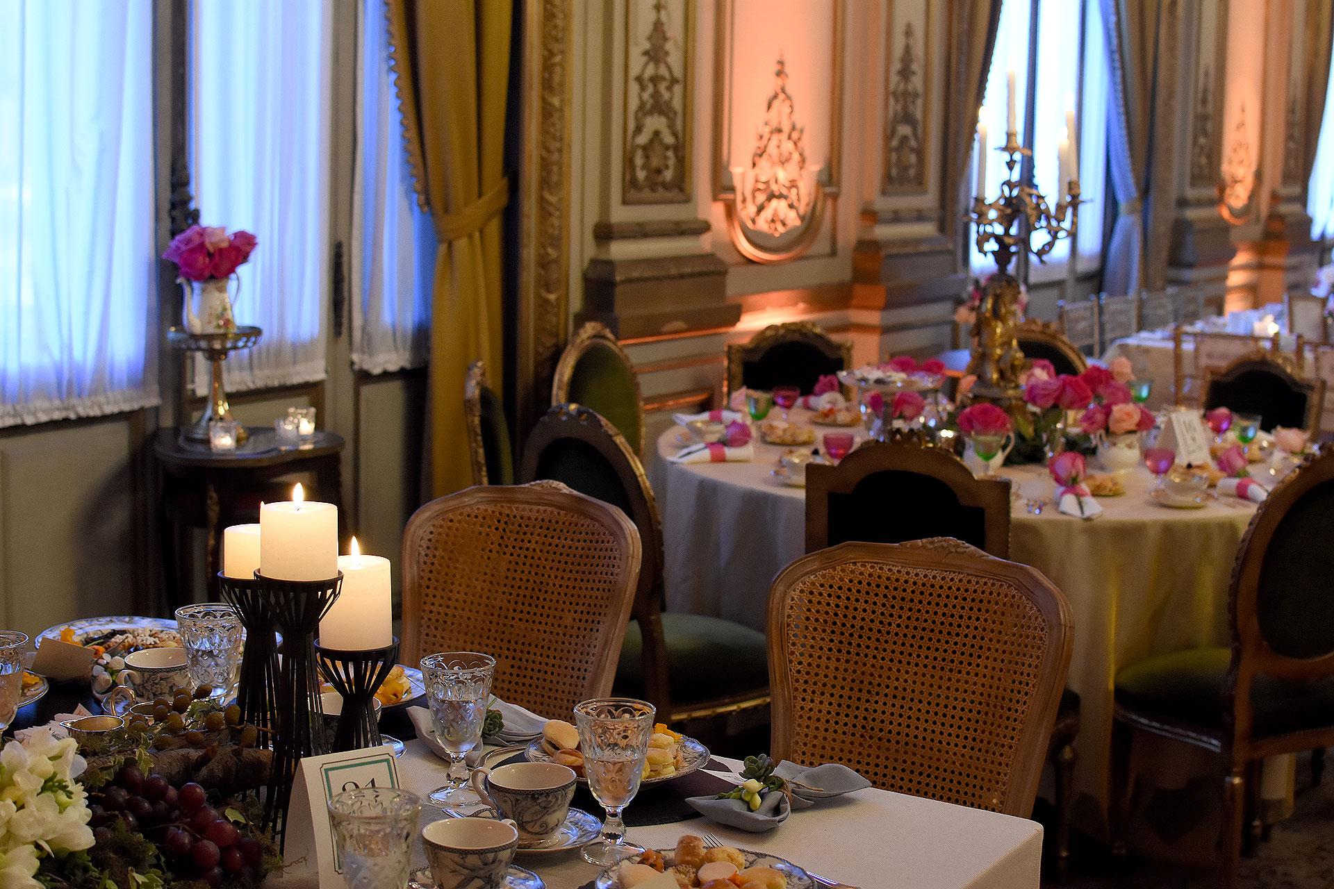 El salón de baile del Palacio Paz también fue decorado con más de 10 mesas llenas de color, velas e invitadas selectas
