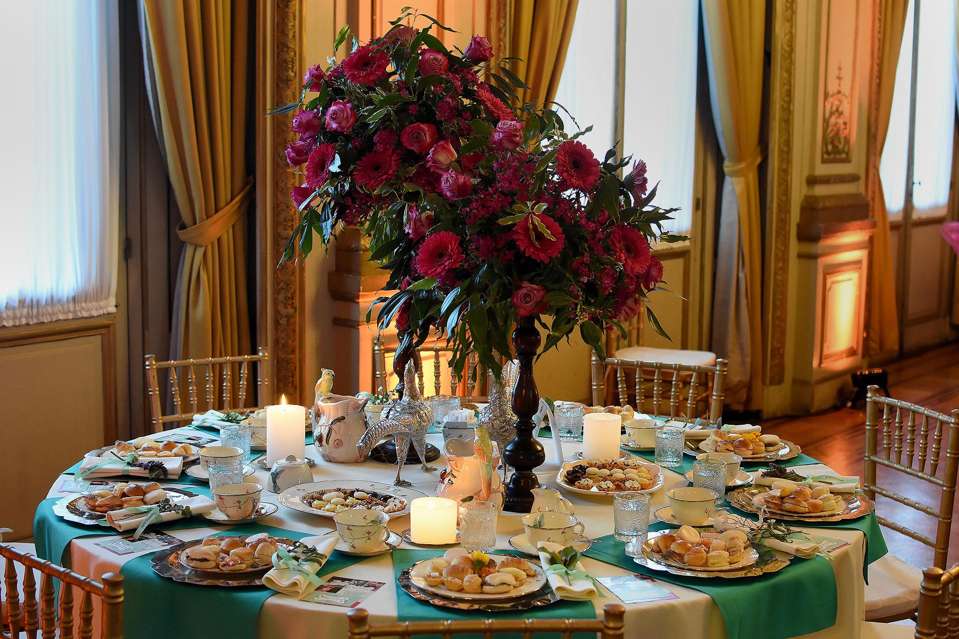 """""""Con sabor a hierbas"""". Turquesa, alegrías del hogar, rosas y gerberas fucsias junto a racimos de lavanda en las servilletas. Sillas Tiffany en blanco y dorado. En el centro, imágenes de animales en plata"""