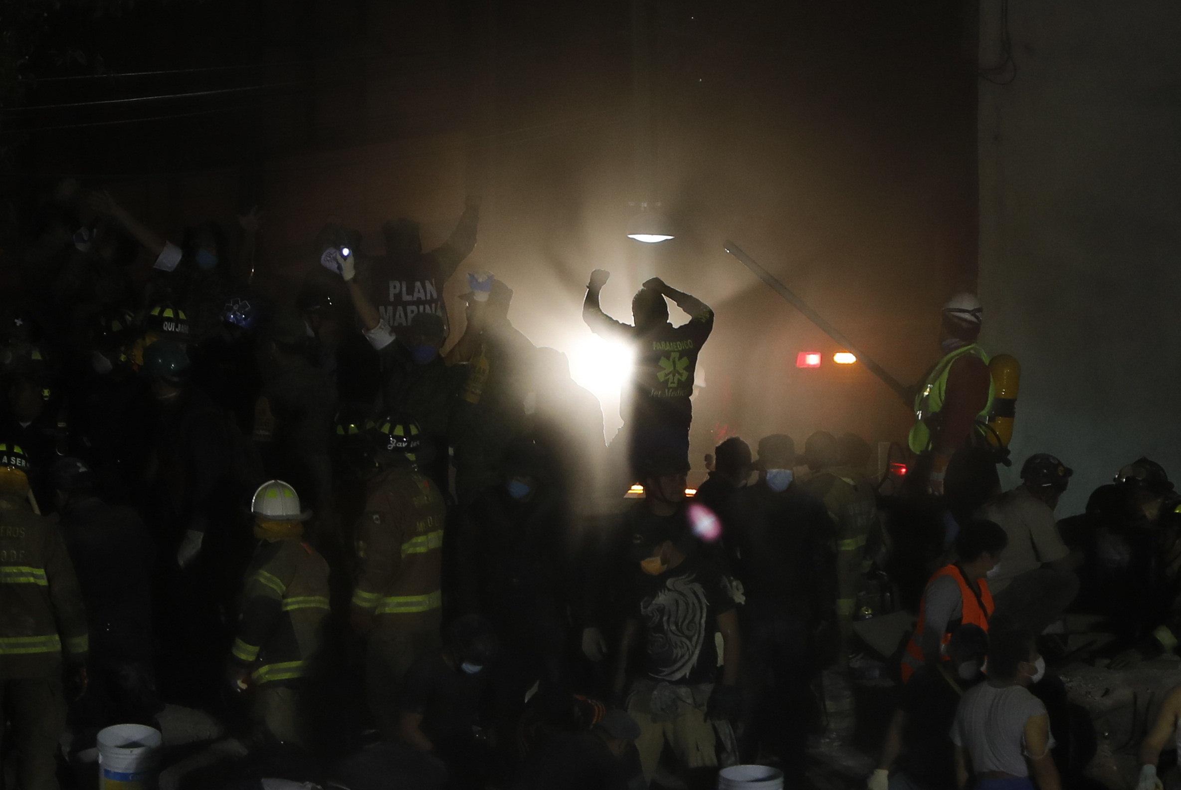 Cientos de mexicanos intentan rescatar a personas con vida de los edificios colapsados en la Ciudad de México tras un sismo de magnitud 7,1 en la escala de Richter, que sacudió fuertemente la capital mexicana (EFE)