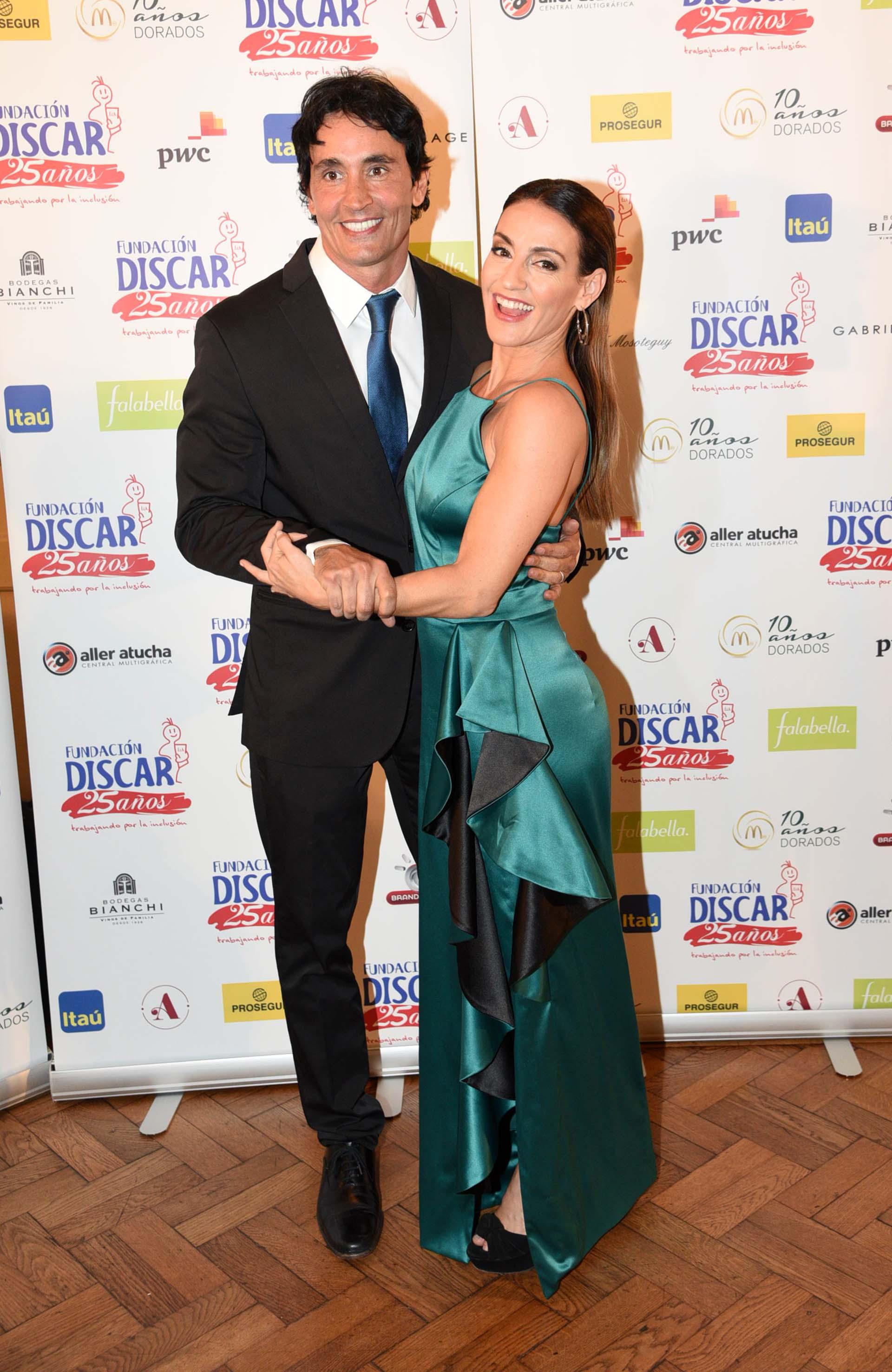 """Sebastián Estevanez y Eleonora Wexler, protagonistas de """"Golpe al corazón"""", lucieron muy elegantes en la gala solidaria de la Fundación Discar"""