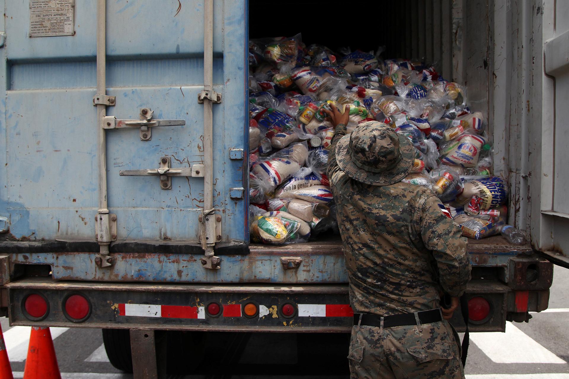 Un militar organiza las raciones de comida, mientras se preparaban para recibir a María en Santo Domingo, República Dominicana (Reuters)