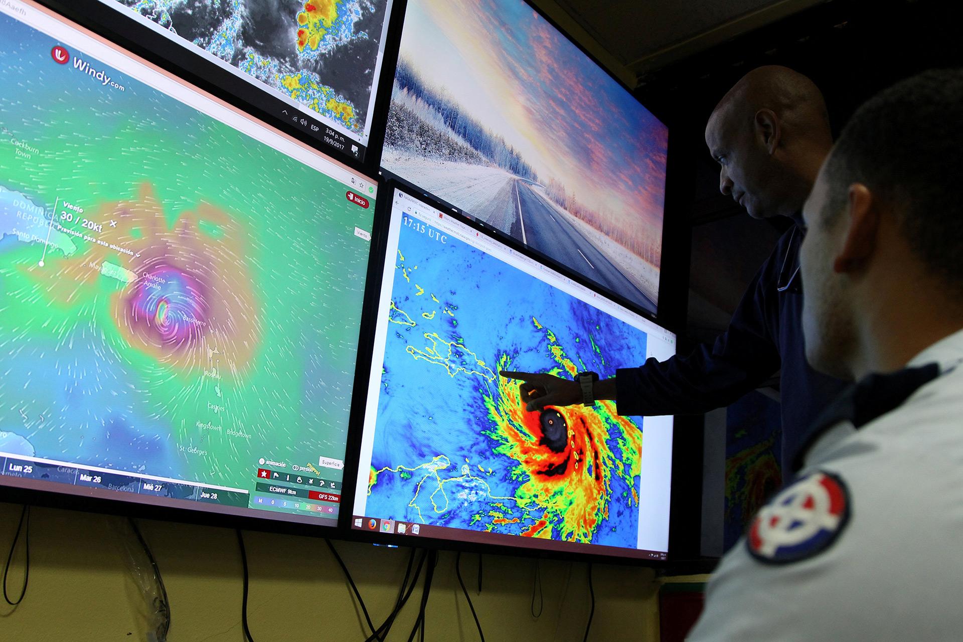 Miembros del Comité de Emergencia (COE) monitorean la llegada del huracán María en Santo Domingo (Reuters)