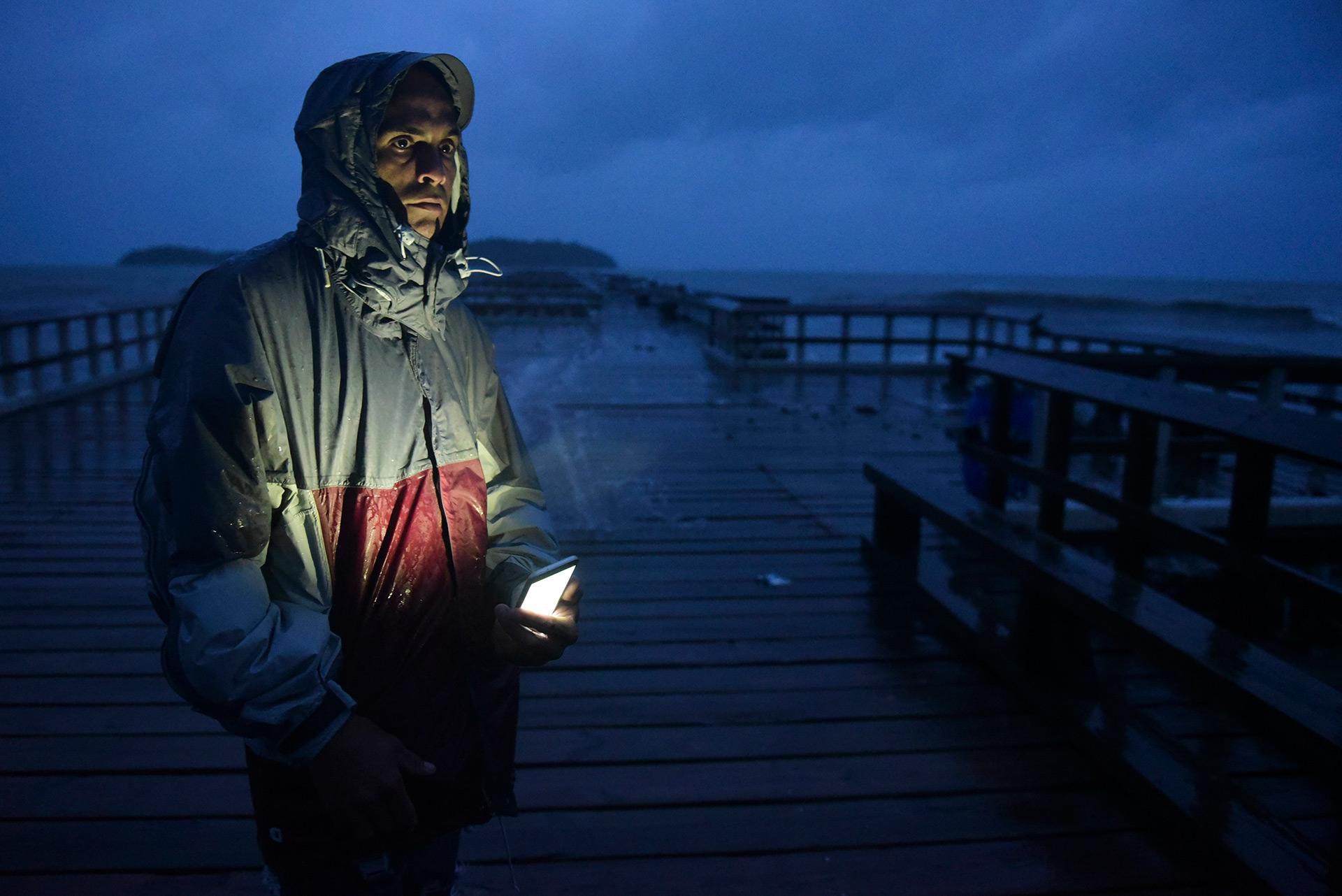 Un hombre espera la llegada de María en Punta Santiago, Puerto Rico (AP)