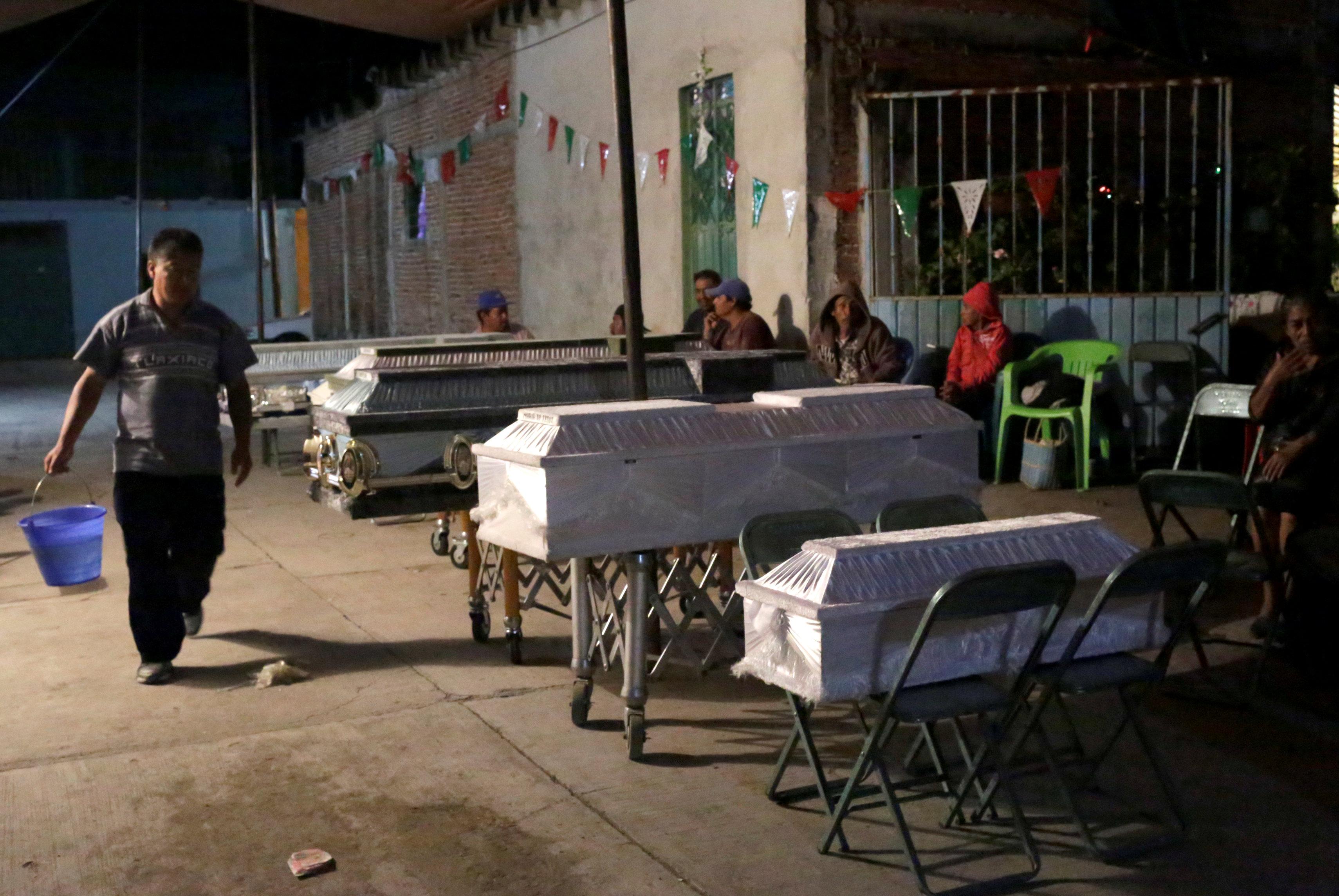 Los cuerpos de las víctimas que fallecieron al interior de una iglesia en Morelos debieron ser velados en la vía pública ante el riesgo de nuevos derrumbes