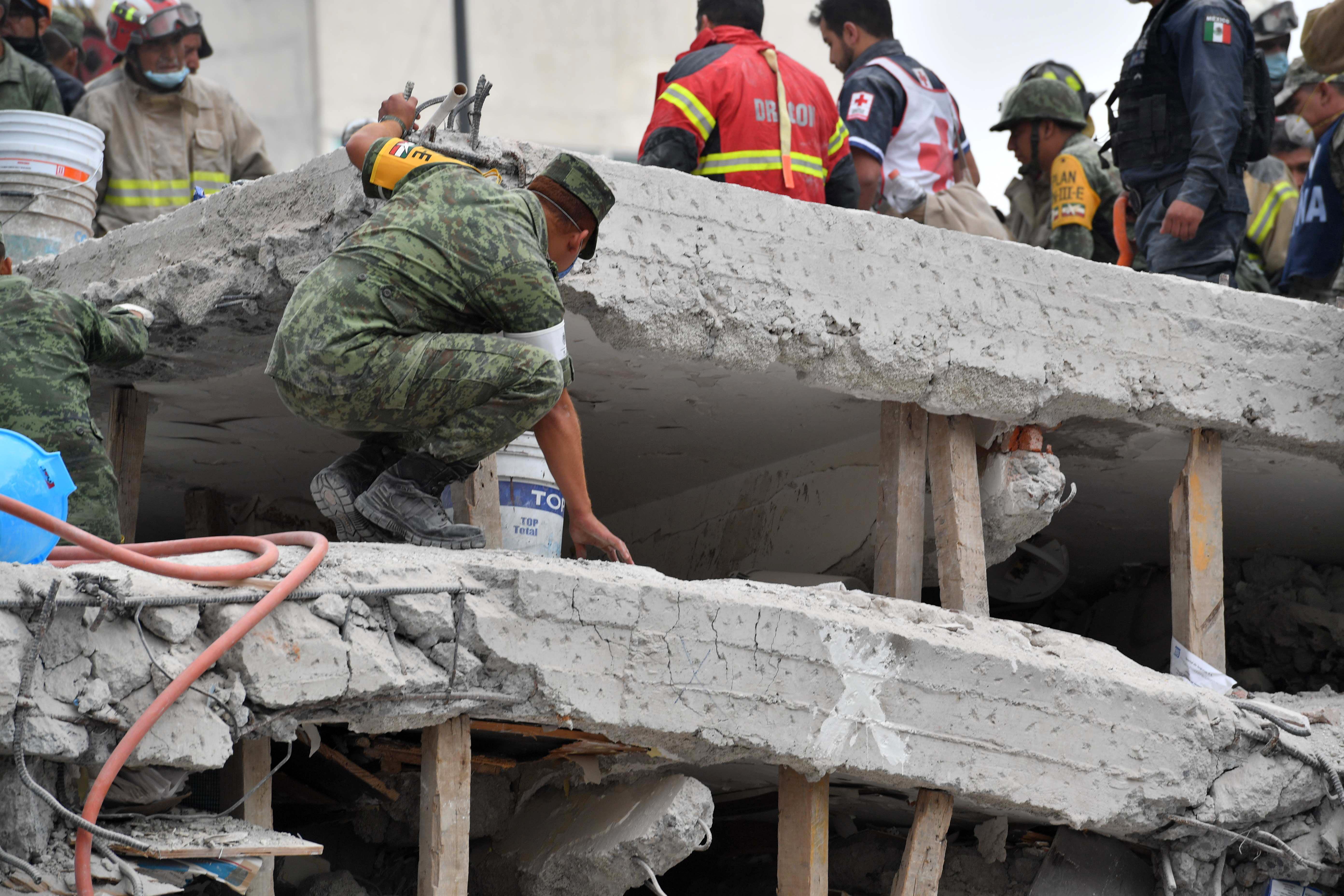 El espacio entre cada piso de los edificios derrumbados se redujo a menos de un metro