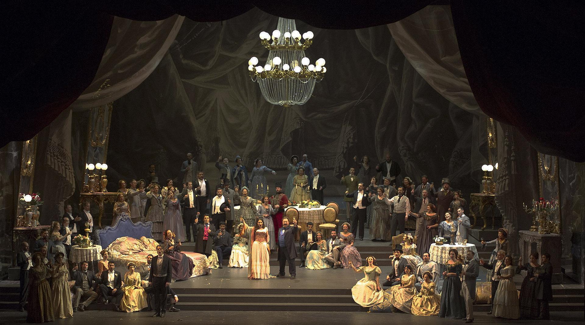 Saimir Pirgu, acompaña a su compatriota de Albania, Ermonela Jaho, protagonizando y dando vida al rol de Alfredo en la edificación de esos duetos que guían la maravilla musical de la composición de Verdi