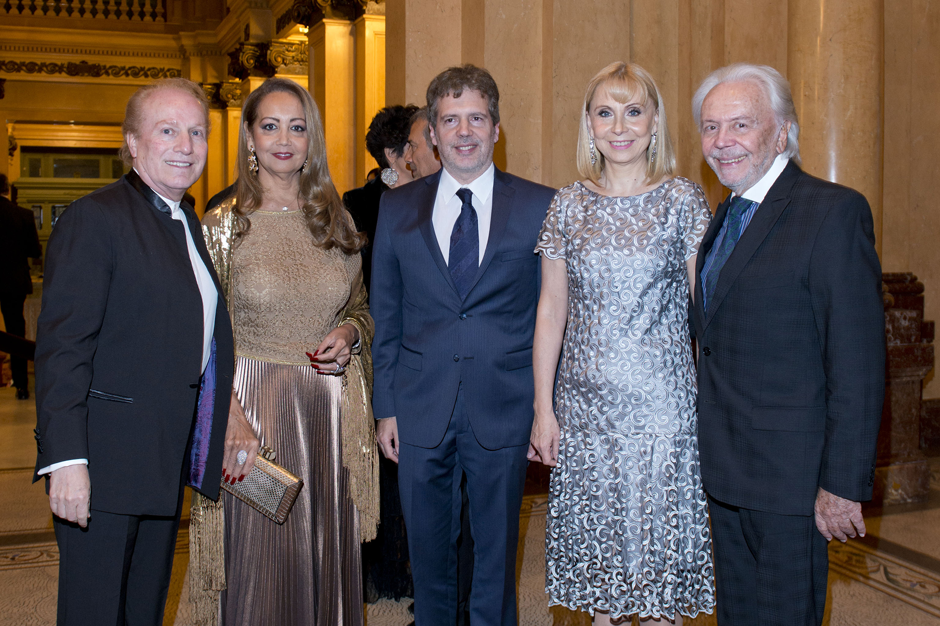 El maestro Ernesto Diemecke, la presidente de Make-A-Wish Argentina Mónica Parisier; Martín Boschet, director ejecutivo del Teatro Colón; María Victoria Alcaraz y Guido Parisier