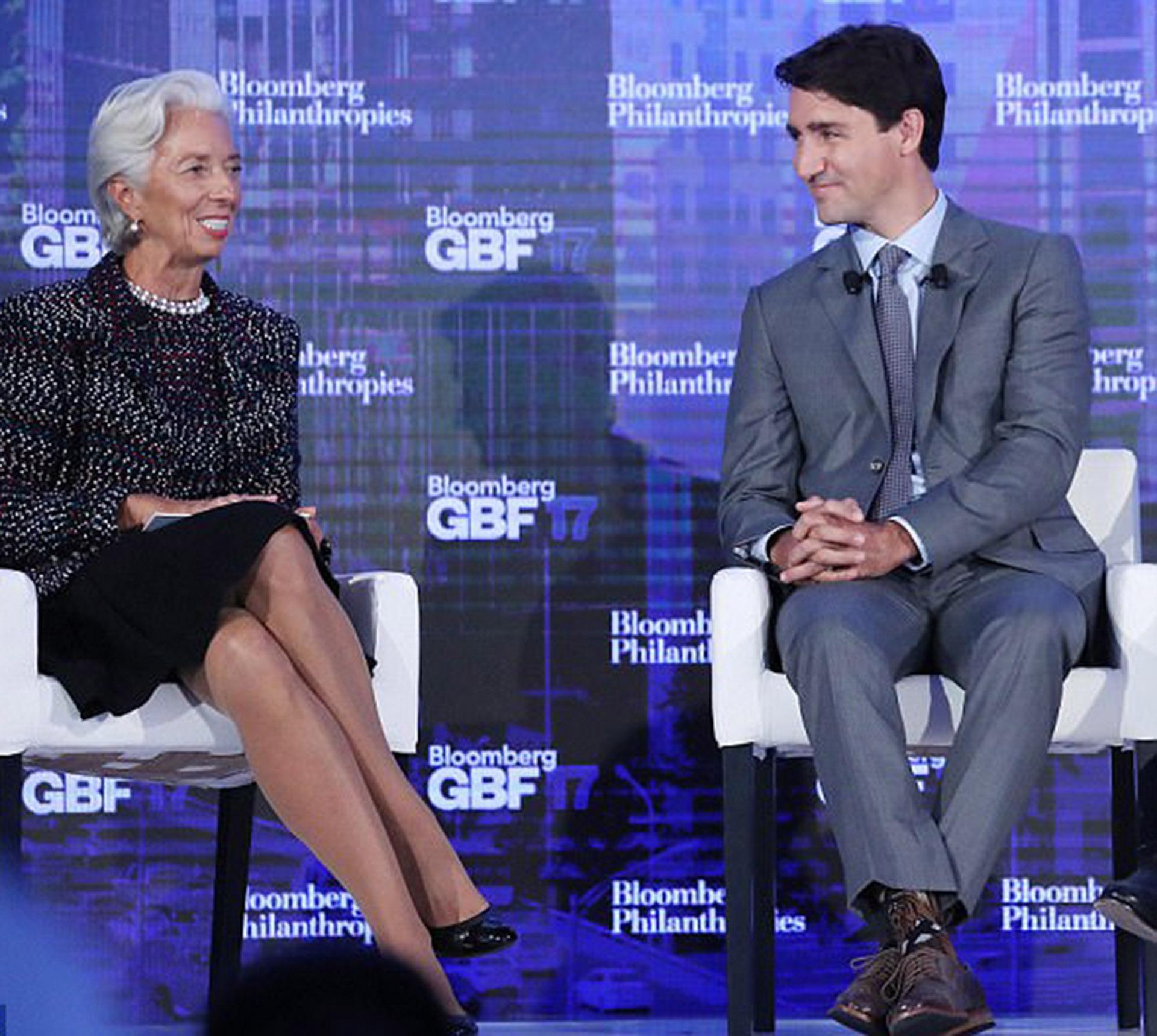 Justin Trudeau con traje formal y medias de Chewbacca en una reunión con Christine Lagarde en Davos