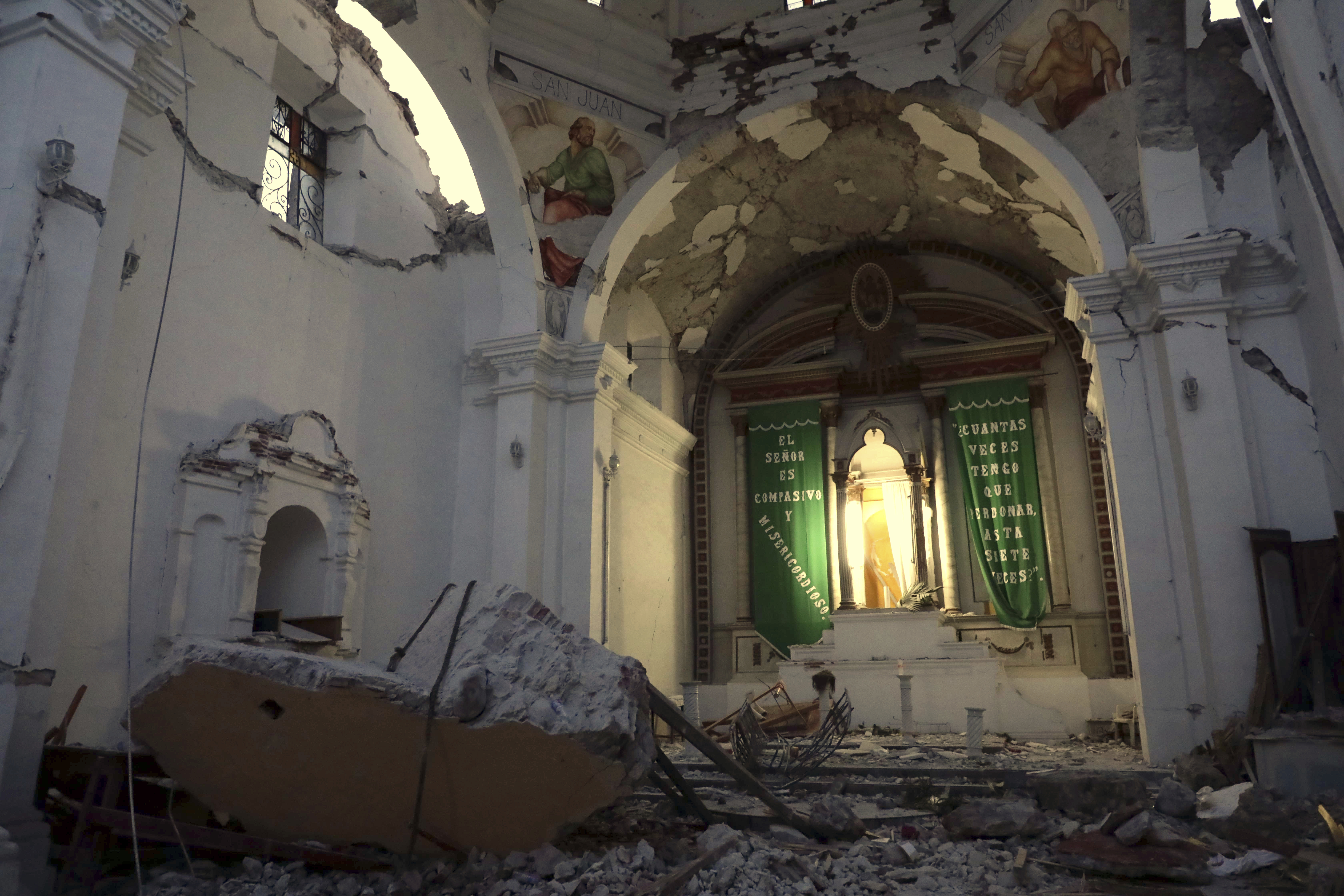 La iglesia de Santiago Apóstol, en Atzala en el estado de Puebla, destruida por el terremoto (AP)