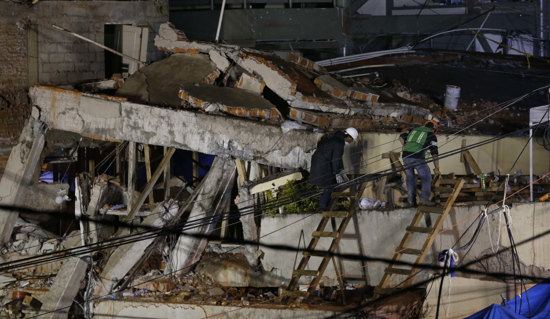 Rescatistas trabajan en la escuela para remover los escombros y llegar hasta las víctimas (AP)