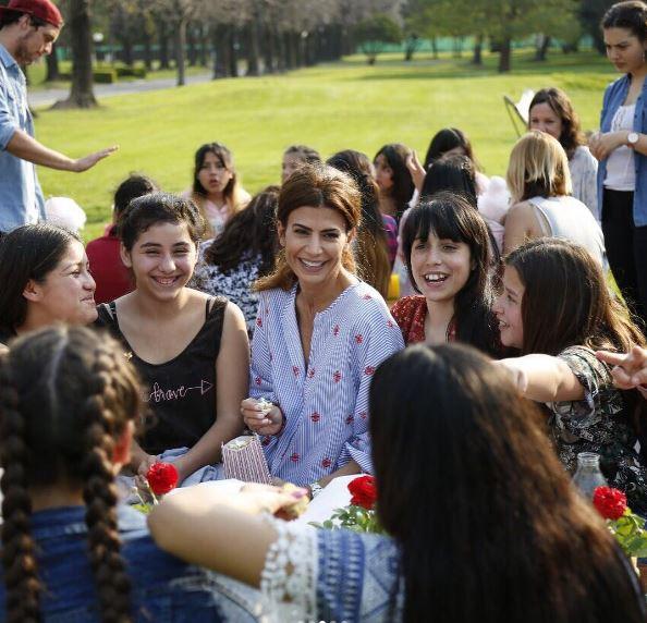 Juliana Awada junto a jóvenes mujeres compartiendo snacks para recibir la primavera