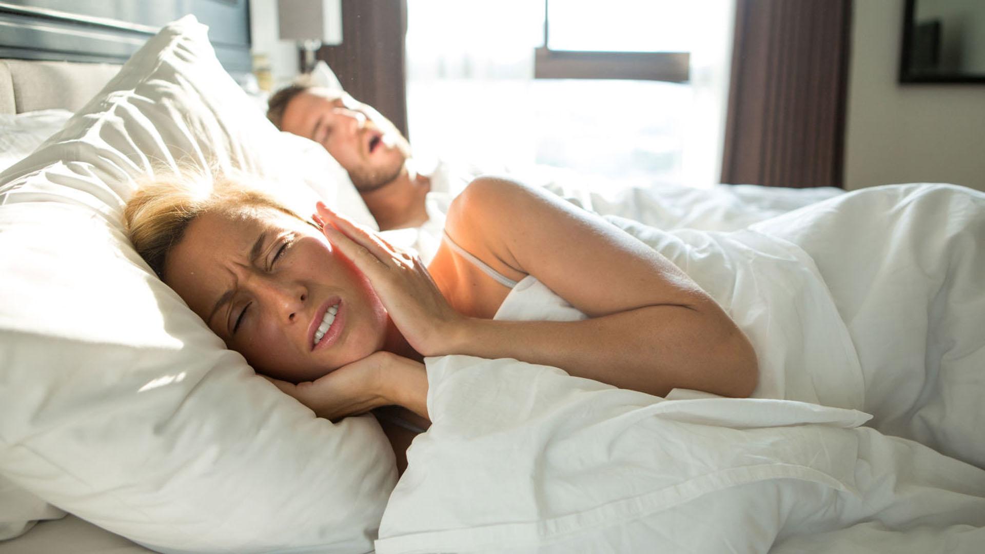 A casi el 43% de los hombres les preocupaba roncar mientras dormían en la casa de su pareja (Getty Images)