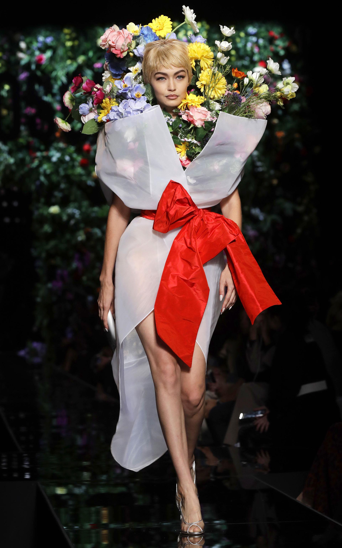 Gigi Hadid sorprendió al pisar la pasarela con su extravagante diseño  emulando un ramo de flores 2eacfbfc11d