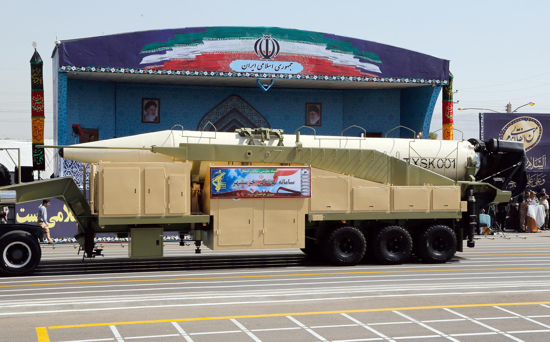 El misil Khoramshahr exhibido durante el más reciente desfile militar del 22 de septiembre. (AFP PHOTO)