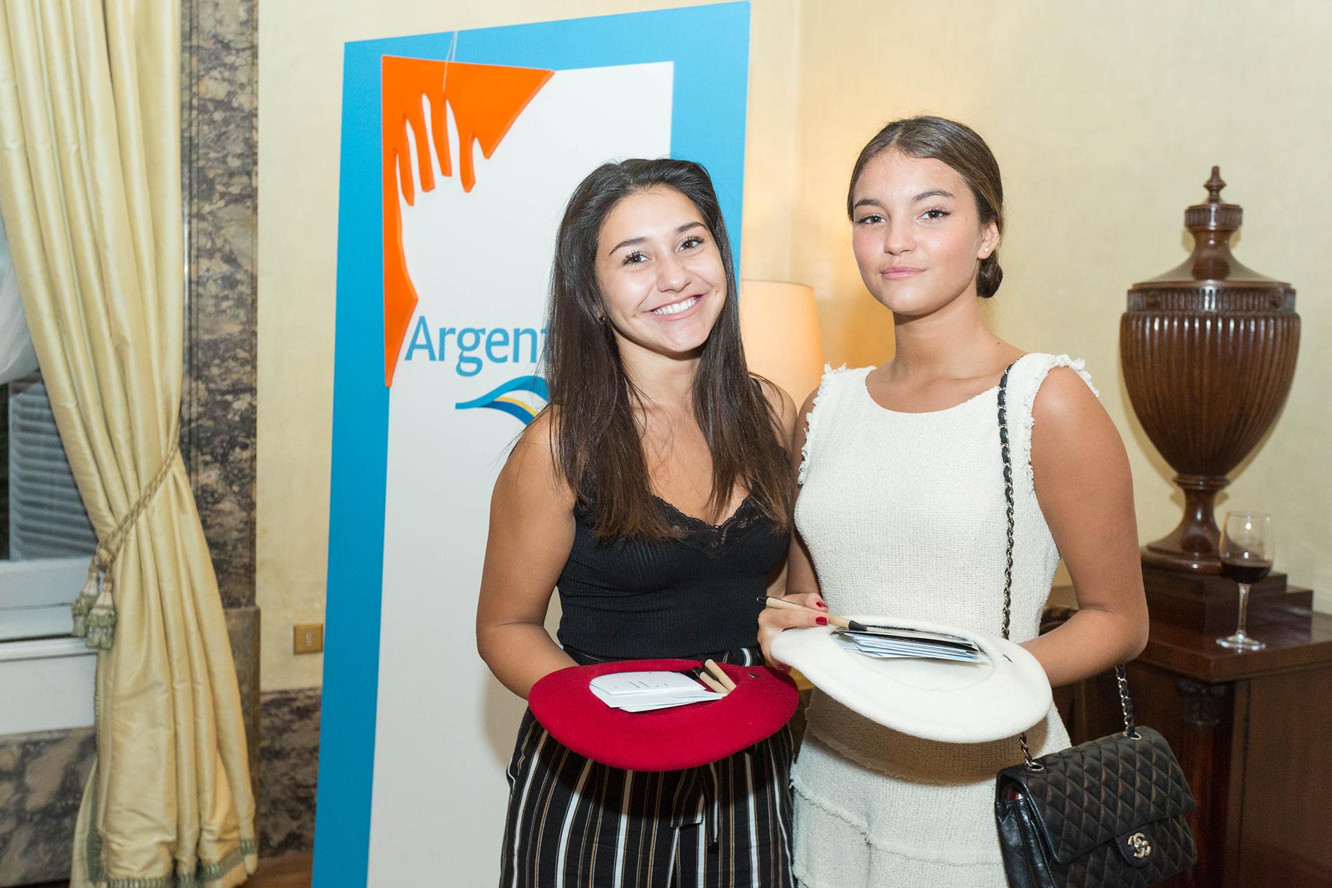 Las jóvenes que colaboraron con la Fundación, recaudando los números de la rifa