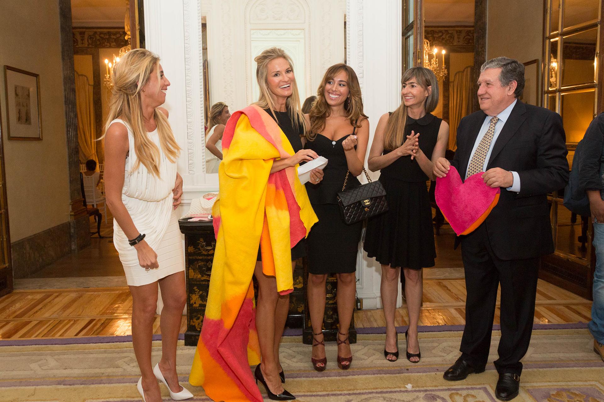 El sorteo del paño de la Fundación con la actriz invitada a sacar el número ganador, Grecia Castta