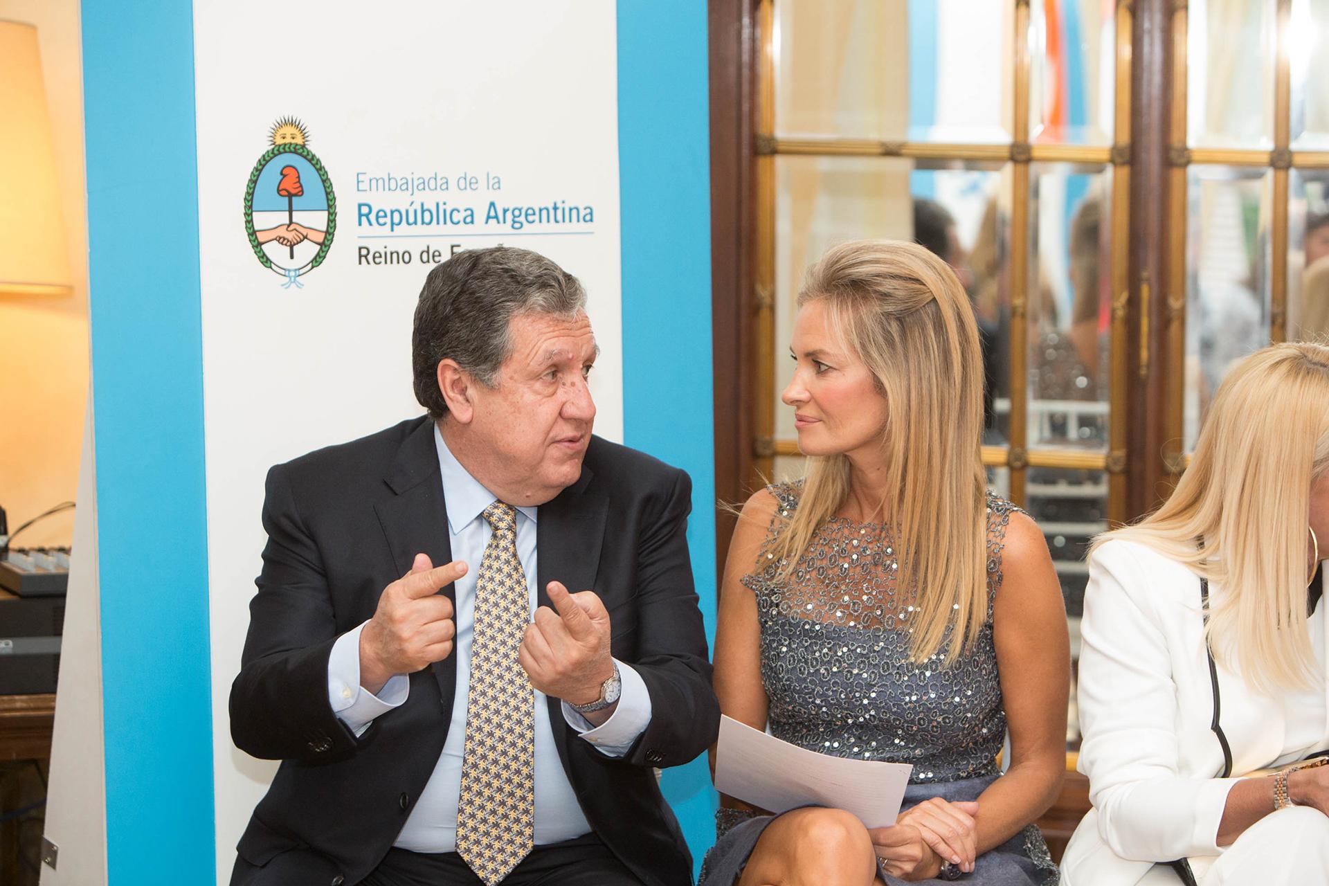 El embajador argentino en España, Ramón Puerta, y la embajadora de la Fundación Manos Patagónicas, Lily Sciorra