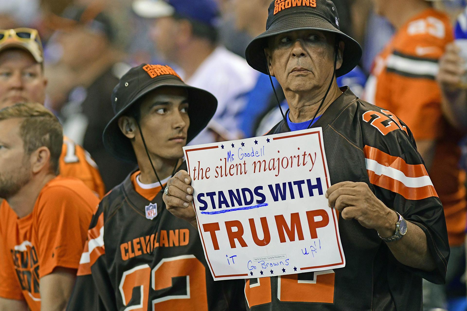 Los aficionados de Cleveland Browns durante su juego contra los Indianapolis Colts en Lucas Oil Stadium