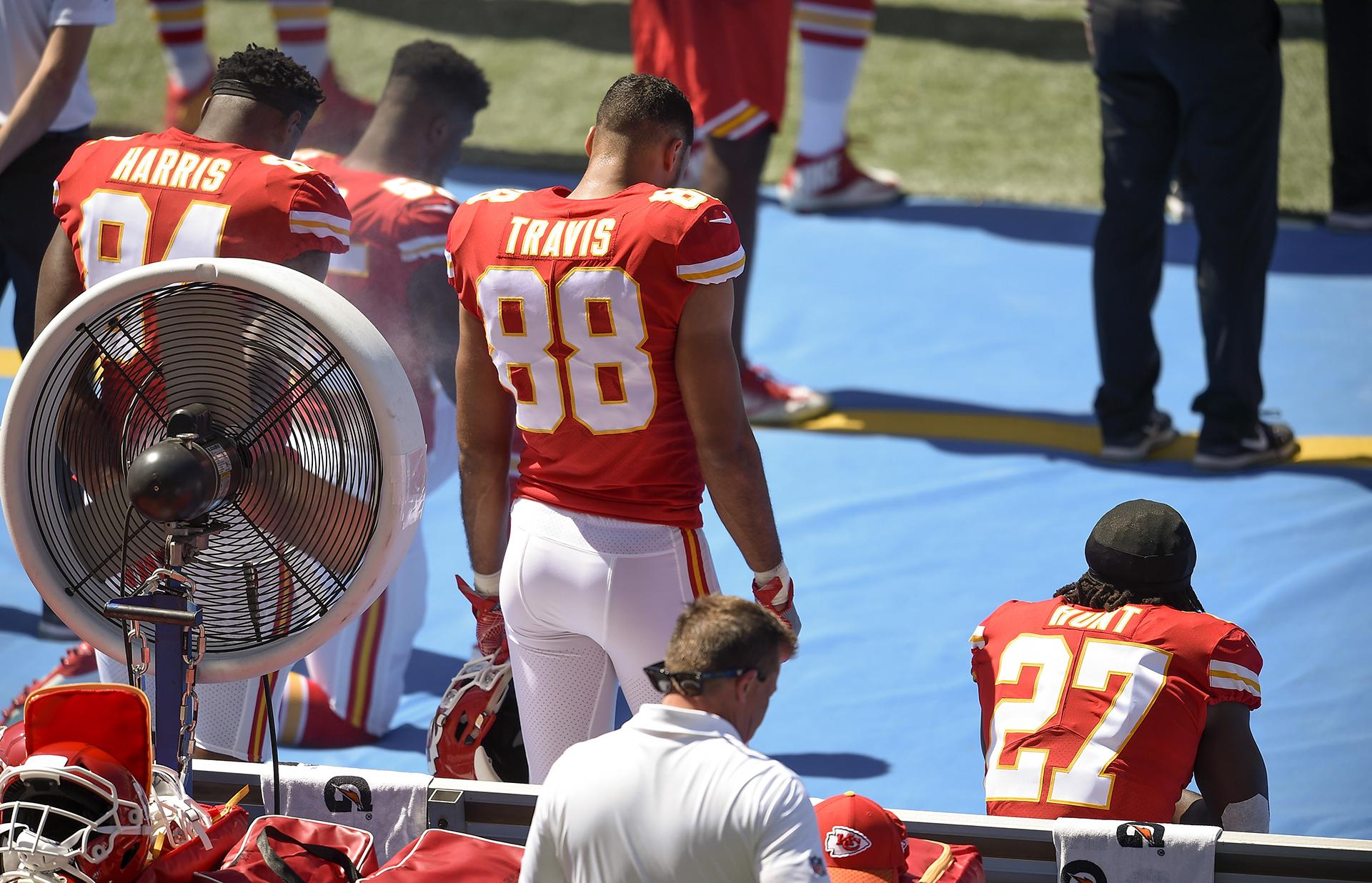 El corredor Kareem Hunt (27) de los Kansas City Chiefs, se sienta durante el Himno Nacional antes del partido contra los Chargers de Los Ángeles en el Centro StubHub.